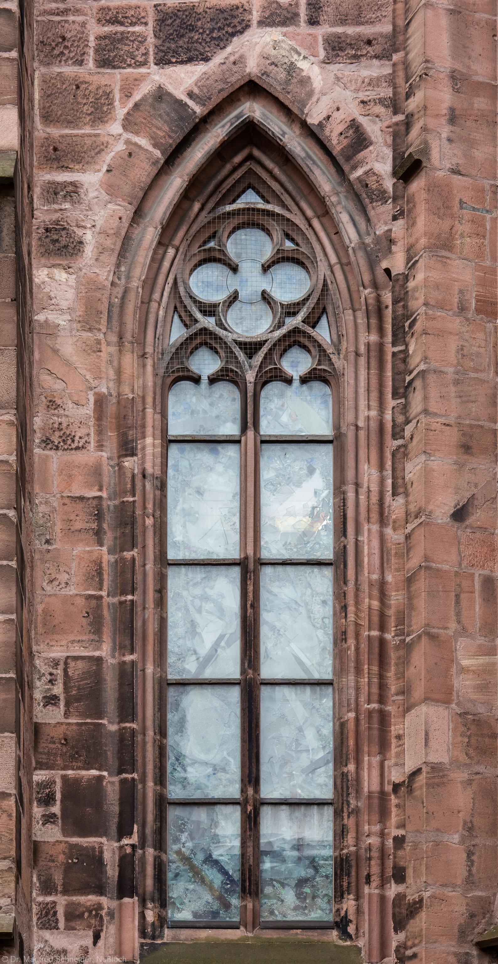 """Heidelberg - Heiliggeistkirche - Nordseite - 2. Fenster des Nordschiffs, von Westen aus gezählt - Blick auf das Fenster """"Schöpfungsgeschichte - Gottes Geist über dem Chaos"""" von Hella De Santarossa (aufgenommen im Oktober 2015, am späten Vormittag)"""