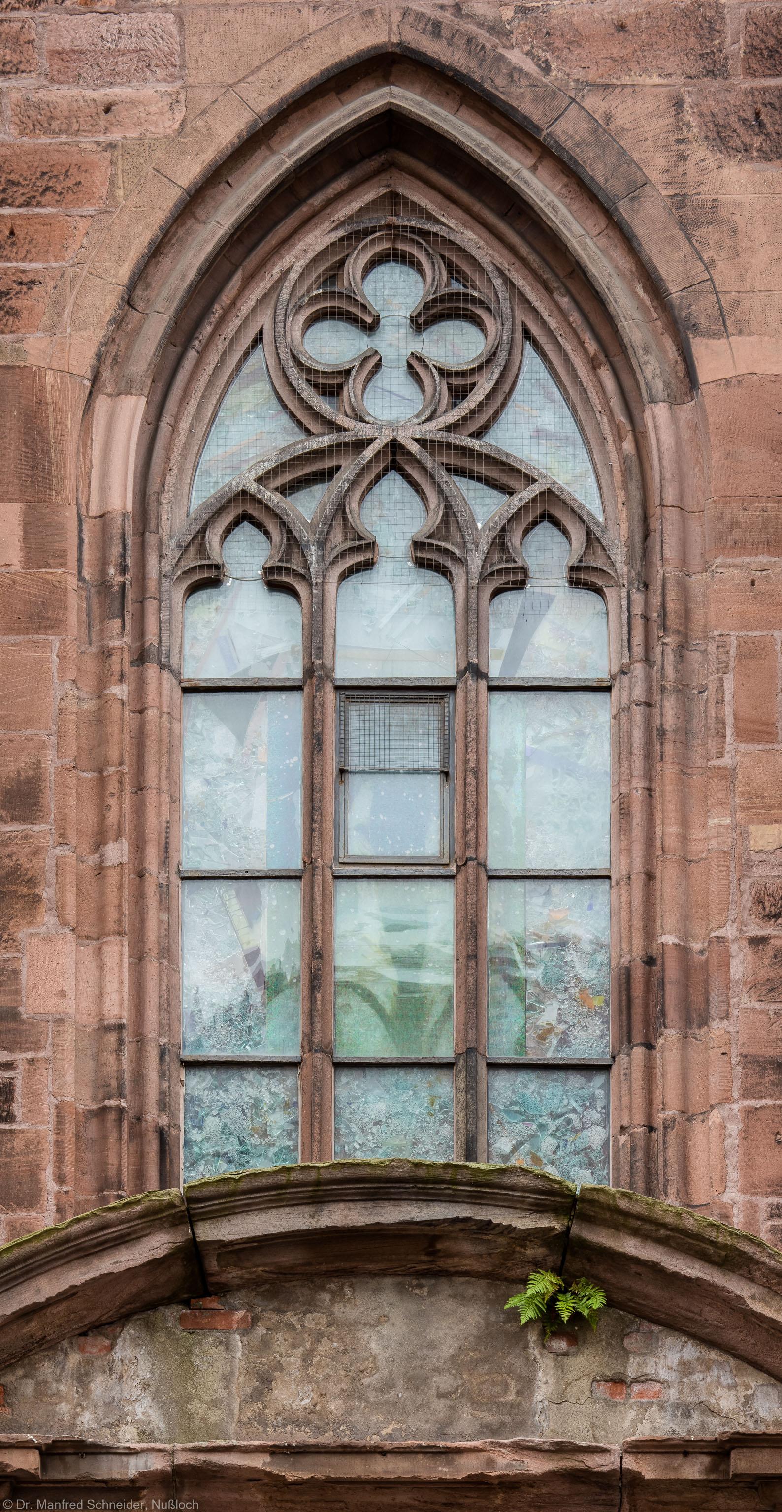 """Heidelberg - Heiliggeistkirche - Nordseite - 3. Fenster des Nordschiffs, von Westen aus gezählt - Blick auf das Fenster """"Schöpfungsgeschichte - Gott sprach: es werde Licht"""" von Hella De Santarossa (aufgenommen im Oktober 2015, am späten Vormittag)"""