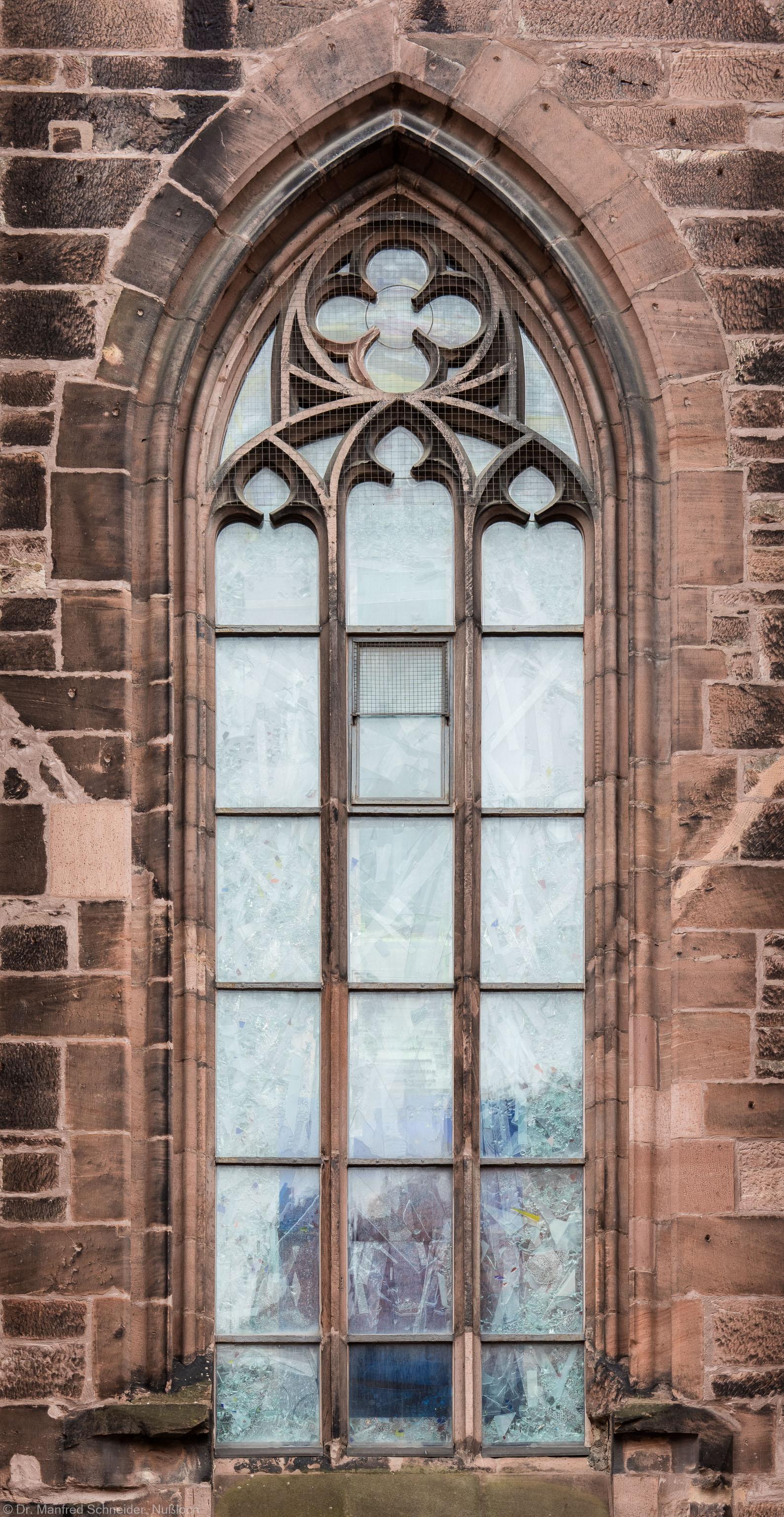 """Heidelberg - Heiliggeistkirche - Nordseite - 4. Fenster des Nordschiffs, von Westen aus gezählt - Blick auf das Fenster """"Schöpfungsgeschichte - Der Weltkreis ist voll vom Geiste Gottes"""" von Hella De Santarossa (aufgenommen im Oktober 2015, am späten Vormittag)"""
