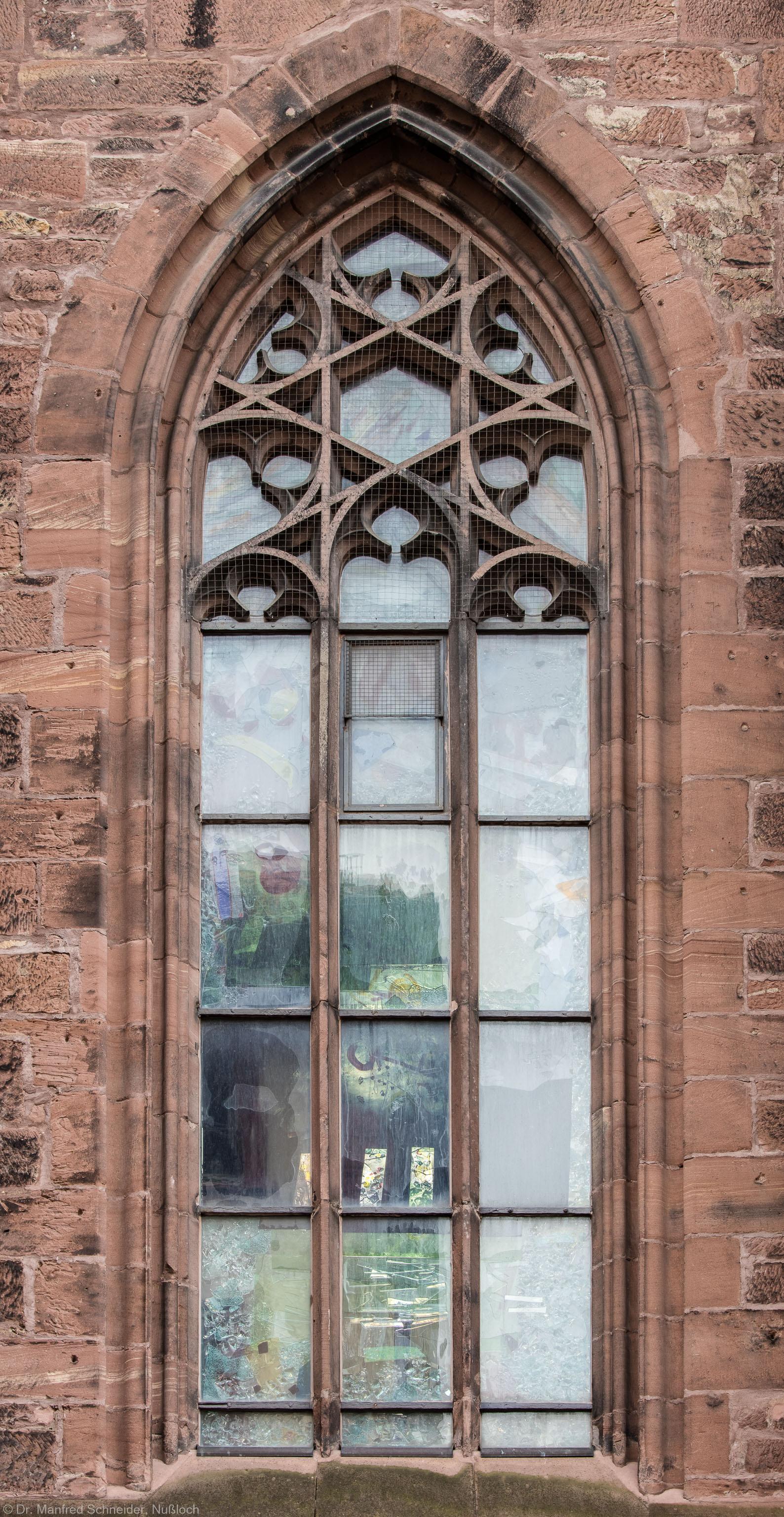 """Heidelberg - Heiliggeistkirche - Nordseite - 6. Fenster des Nordschiffs, von Westen aus gezählt - Blick auf das Fenster """"Schöpfungsgeschichte - Der Baum der Erkenntnis"""" von Hella De Santarossa (aufgenommen im Oktober 2015, um die Mittagszeit)"""