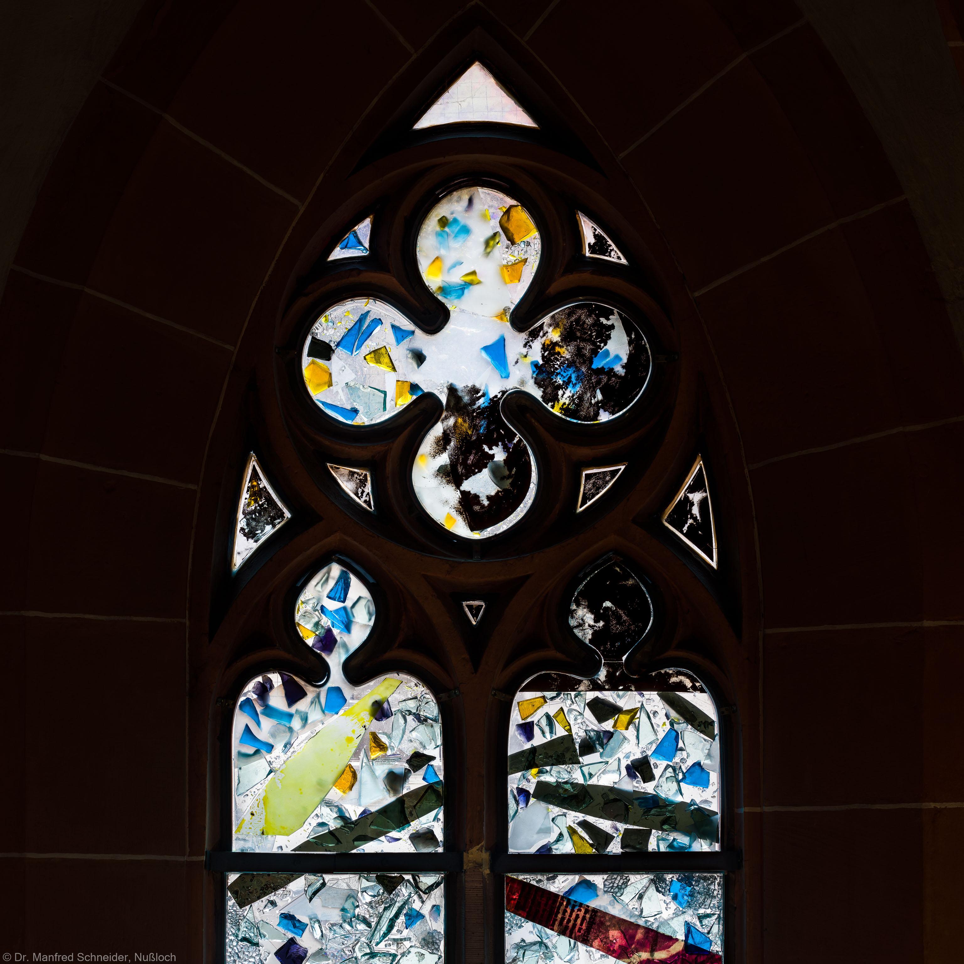 """Heidelberg - Heiliggeistkirche - Nordschiff - 2. Joch, von Westen aus gezählt - Maßwerk und Felder der ersten Zeile des Fensters """"Schöpfungsgeschichte - Gottes Geist über dem Chaos"""" von Hella De Santarossa (aufgenommen im Oktober 2015, am späten Nachmittag)"""