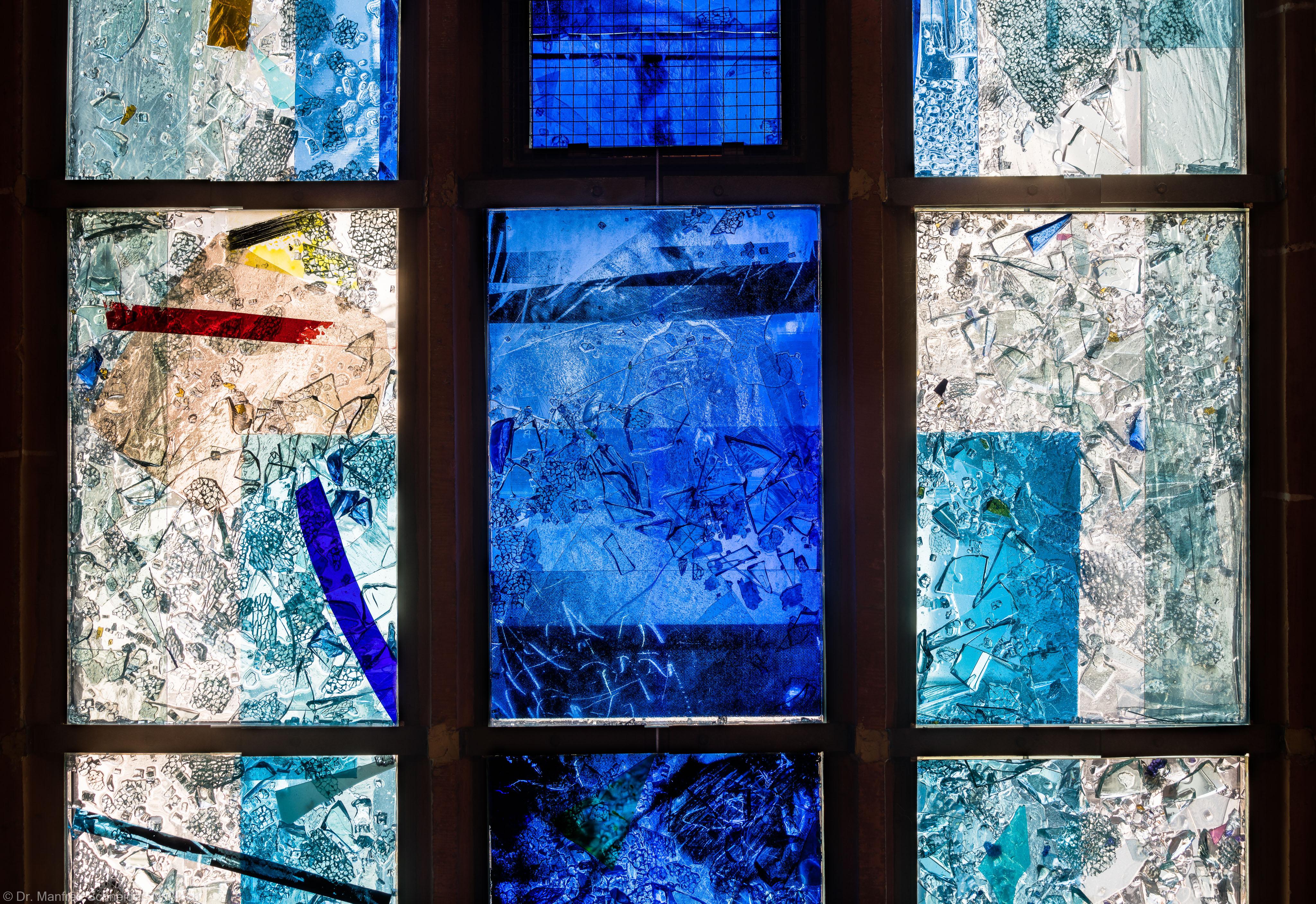 """Heidelberg - Heiliggeistkirche - Nordschiff - 1. Joch, von Westen aus gezählt - Dritte Zeile des Fensters """"Schöpfungsgeschichte - Gottes Geist über den Wassern"""" von Hella De Santarossa (aufgenommen im Oktober 2015, am Nachmittag)"""