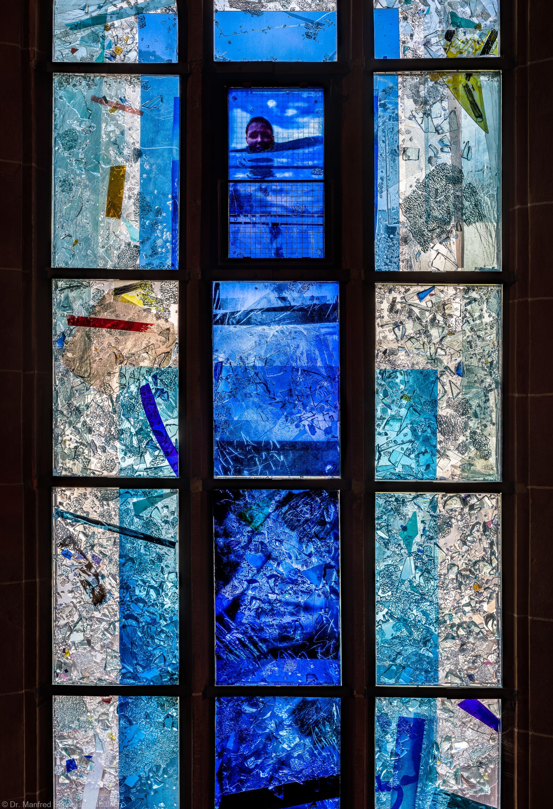 """Heidelberg - Heiliggeistkirche - Nordschiff - 1. Joch, von Westen aus gezählt - Ausschnitt aus dem Fenster """"Schöpfungsgeschichte - Gottes Geist über den Wassern"""" von Hella De Santarossa (aufgenommen im Oktober 2015, am Nachmittag)"""
