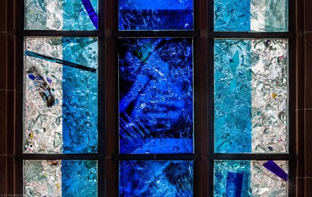 """Heidelberg - Heiliggeistkirche - Nordschiff - 1. Joch, von Westen aus gezählt - Vierte Zeile des Fensters """"Schöpfungsgeschichte - Gottes Geist über den Wassern"""" von Hella De Santarossa (aufgenommen im Oktober 2015, um die Mittagszeit)"""