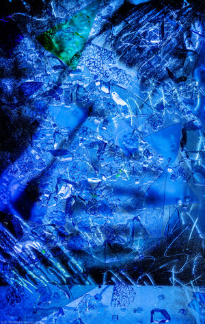 """Heidelberg - Heiliggeistkirche - Nordschiff - 1. Joch, von Westen aus gezählt - Feld (mittlere Bahn, vierte Zeile) des Fensters """"Schöpfungsgeschichte - Gottes Geist über den Wassern"""" von Hella De Santarossa (aufgenommen im Oktober 2015, am frühen Nachmittag)"""