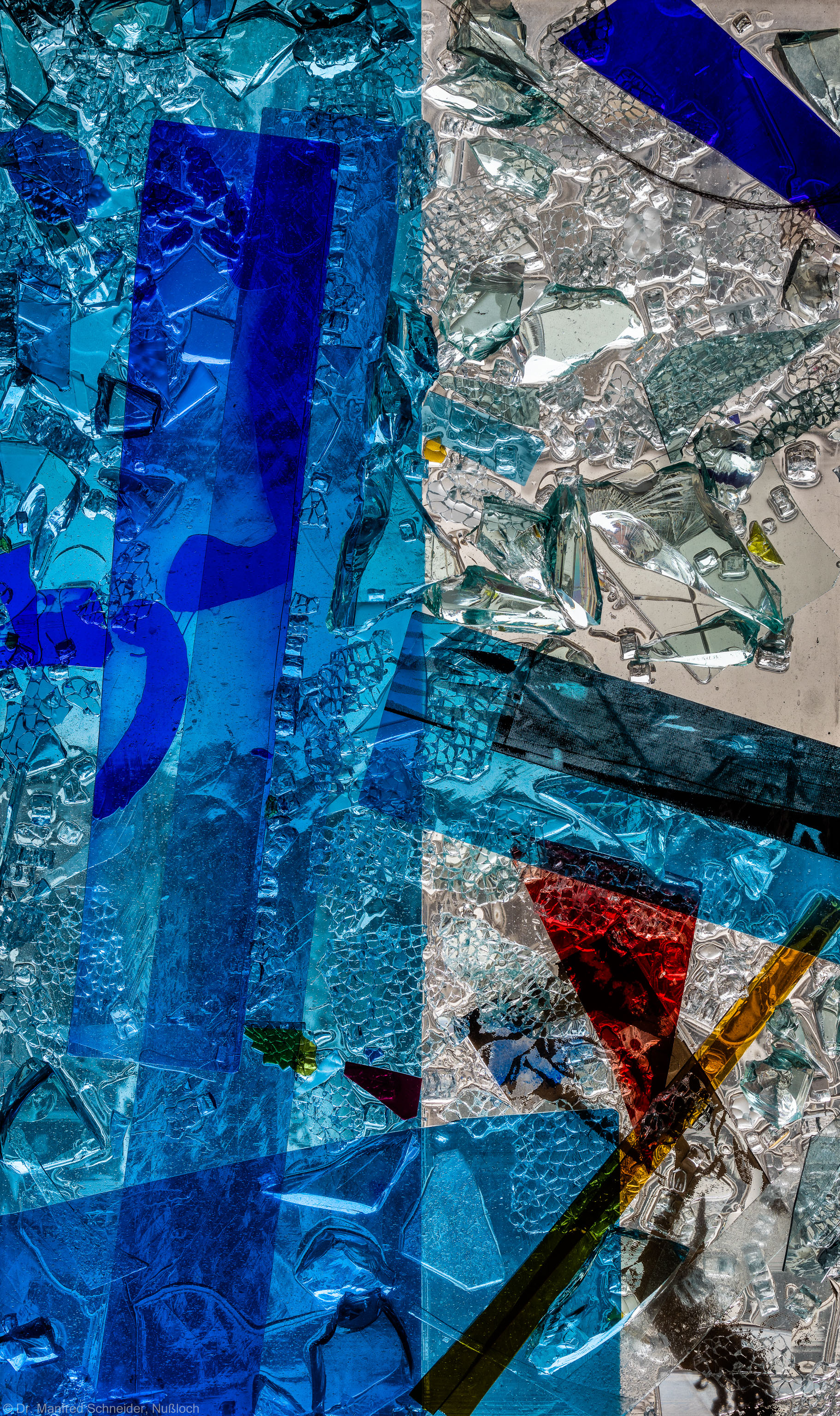 """Heidelberg - Heiliggeistkirche - Nordschiff - 1. Joch, von Westen aus gezählt - Ausschnitt aus Feld (rechte Bahn, unterste Zeile) des Fensters """"Schöpfungsgeschichte - Gottes Geist über den Wassern"""" von Hella De Santarossa (aufgenommen im Oktober 2015, am Nachmittag)"""