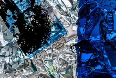 """Heidelberg - Heiliggeistkirche - Nordschiff - 1. Joch, von Westen aus gezählt - Ausschnitt aus Feld (linke Bahn, vierte Zeile) des Fensters """"Schöpfungsgeschichte - Gottes Geist über den Wassern"""" von Hella De Santarossa (aufgenommen im Oktober 2015, am Nachmittag)"""