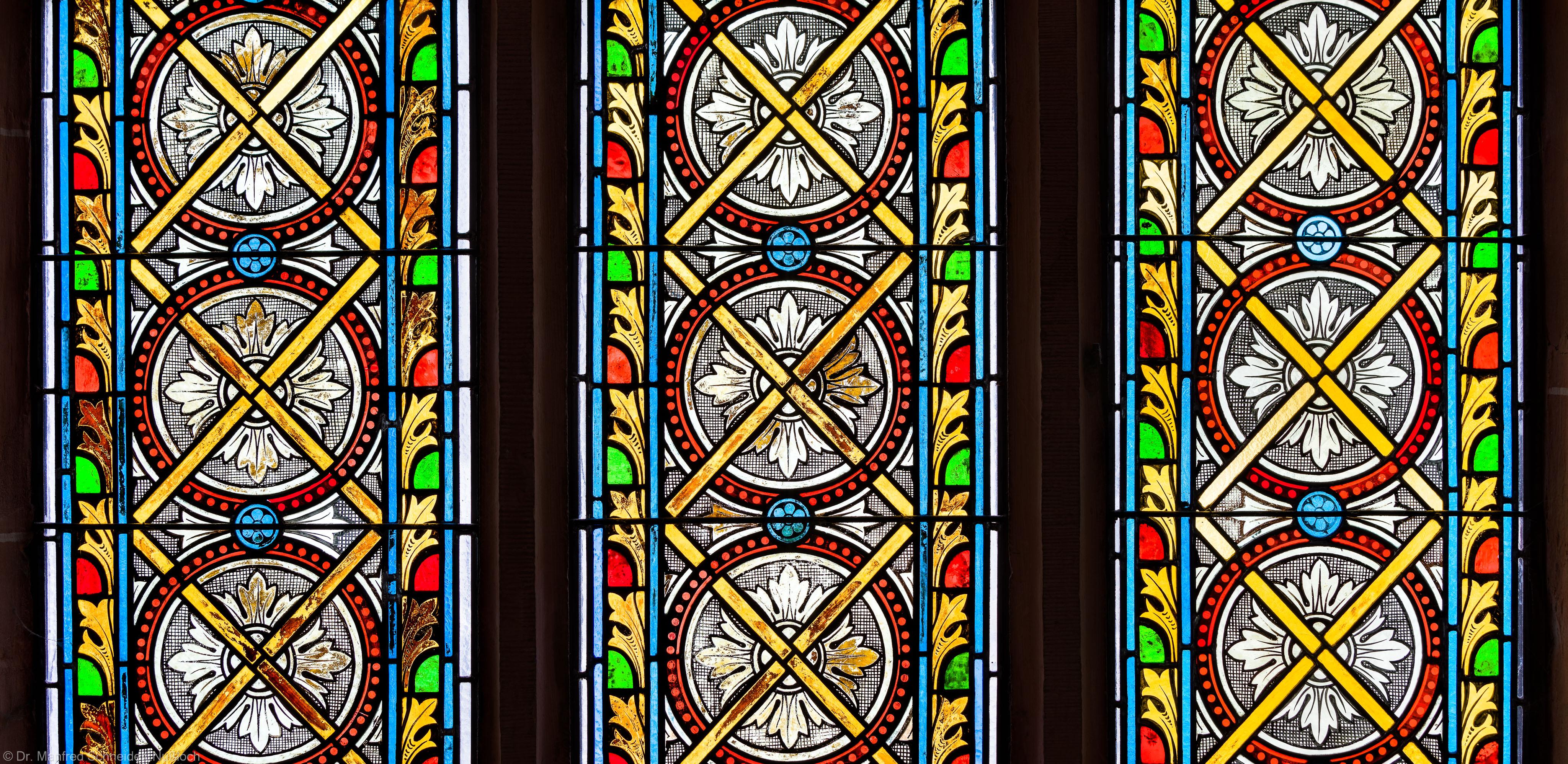 Heidelberg - Heiliggeistkirche - Südschiff - 4. Joch, von Westen aus gezählt - Felder (zweite Zeile) des Ornamentfensters (aufgenommen im Oktober 2015, um die Mittagszeit)