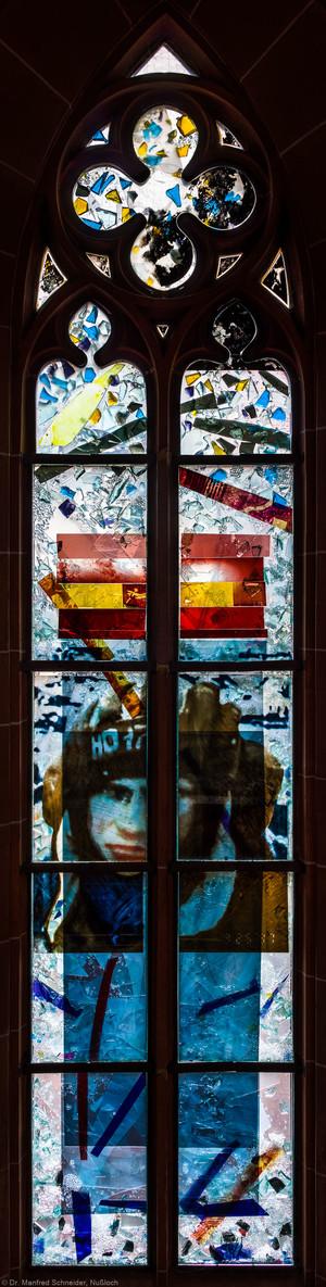 """Heidelberg - Heiliggeistkirche - Nordschiff - 2. Joch, von Westen aus gezählt - Gesamtaufnahme des Fensters """"Schöpfungsgeschichte - Gottes Geist über dem Chaos"""" von Hella De Santarossa (aufgenommen im Oktober 2015, am späten Vormittag)"""