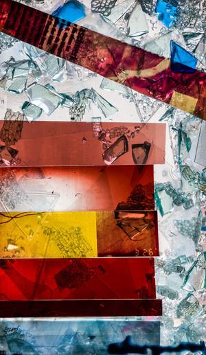 """Heidelberg - Heiliggeistkirche - Nordschiff - 2. Joch, von Westen aus gezählt - Feld (rechte Bahn, zweite Zeile) des Fensters """"Schöpfungsgeschichte - Gottes Geist über dem Chaos"""" von Hella De Santarossa (aufgenommen im Oktober 2015, um die Mittagszeit)"""