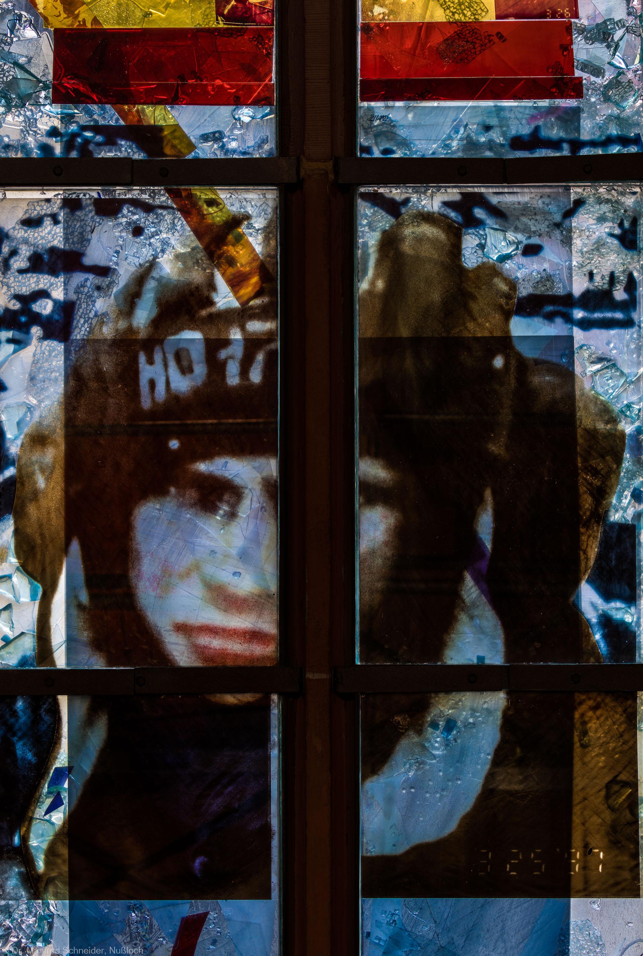 """Heidelberg - Heiliggeistkirche - Nordschiff - 2. Joch, von Westen aus gezählt - Ausschnitt aus dem Fenster """"Schöpfungsgeschichte - Gottes Geist über dem Chaos"""" von Hella De Santarossa (aufgenommen im Oktober 2015, am frühen Nachmittag)"""