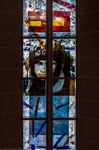 """Heidelberg - Heiliggeistkirche - Nordschiff - 2. Joch, von Westen aus gezählt - Ausschnitt aus dem Fenster """"Schöpfungsgeschichte - Gottes Geist über dem Chaos"""" von Hella De Santarossa (aufgenommen im Oktober 2015, am Nachmittag)"""