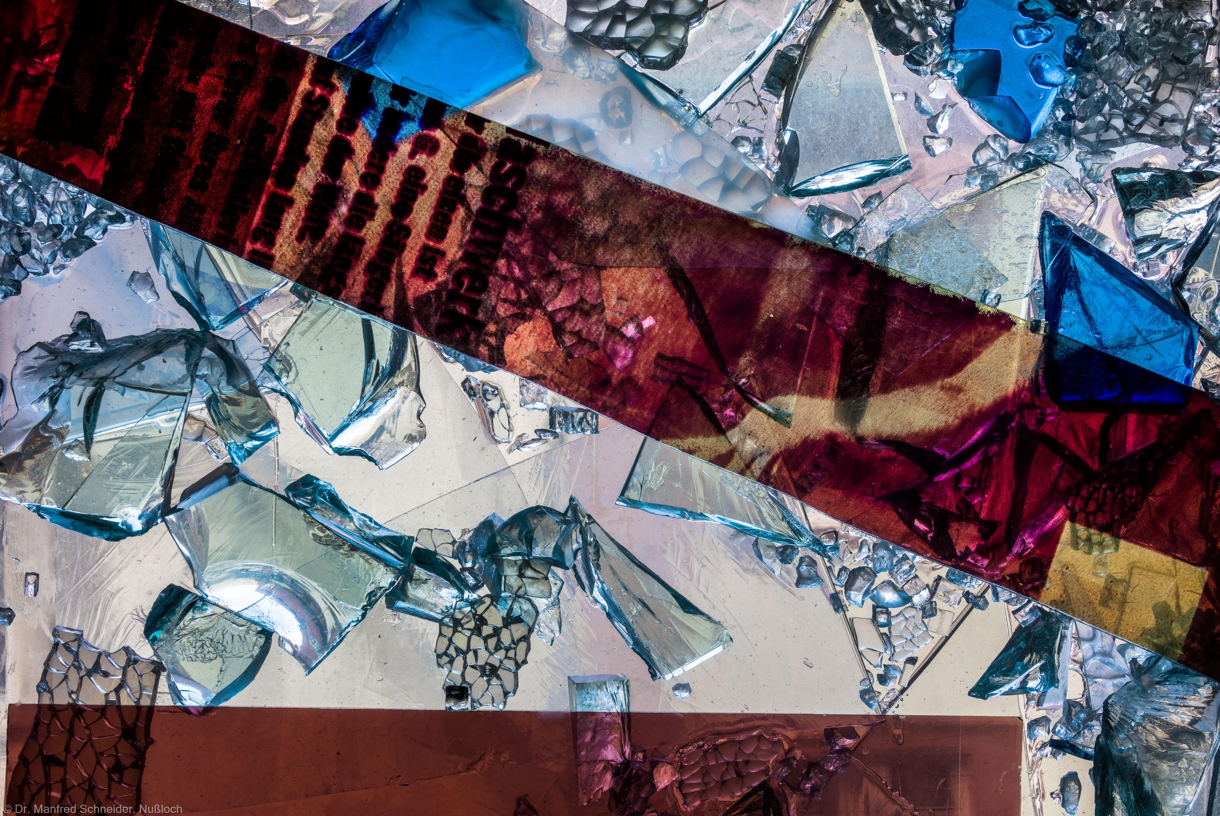 """Heidelberg - Heiliggeistkirche - Nordschiff - 2. Joch, von Westen aus gezählt - Ausschnitt aus Feld (rechte Bahn, zweite Zeile) des Fensters """"Schöpfungsgeschichte - Gottes Geist über dem Chaos"""" von Hella De Santarossa (aufgenommen im Oktober 2015, um die Mittagszeit)"""