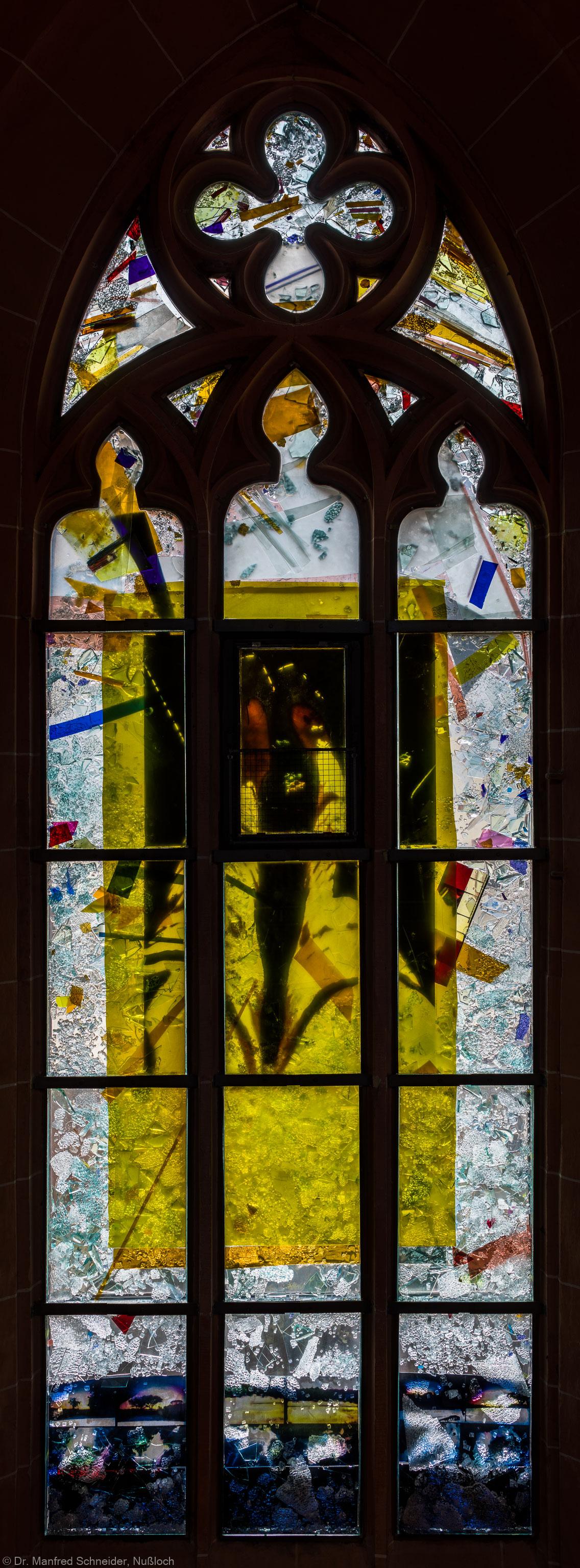 """Heidelberg - Heiliggeistkirche - Nordschiff - 3. Joch, von Westen aus gezählt - Gesamtaufnahme des Fensters """"Schöpfungsgeschichte - Gott sprach: es werde Licht"""" von Hella De Santarossa (aufgenommen im Oktober 2015, am frühen Nachmittag)"""