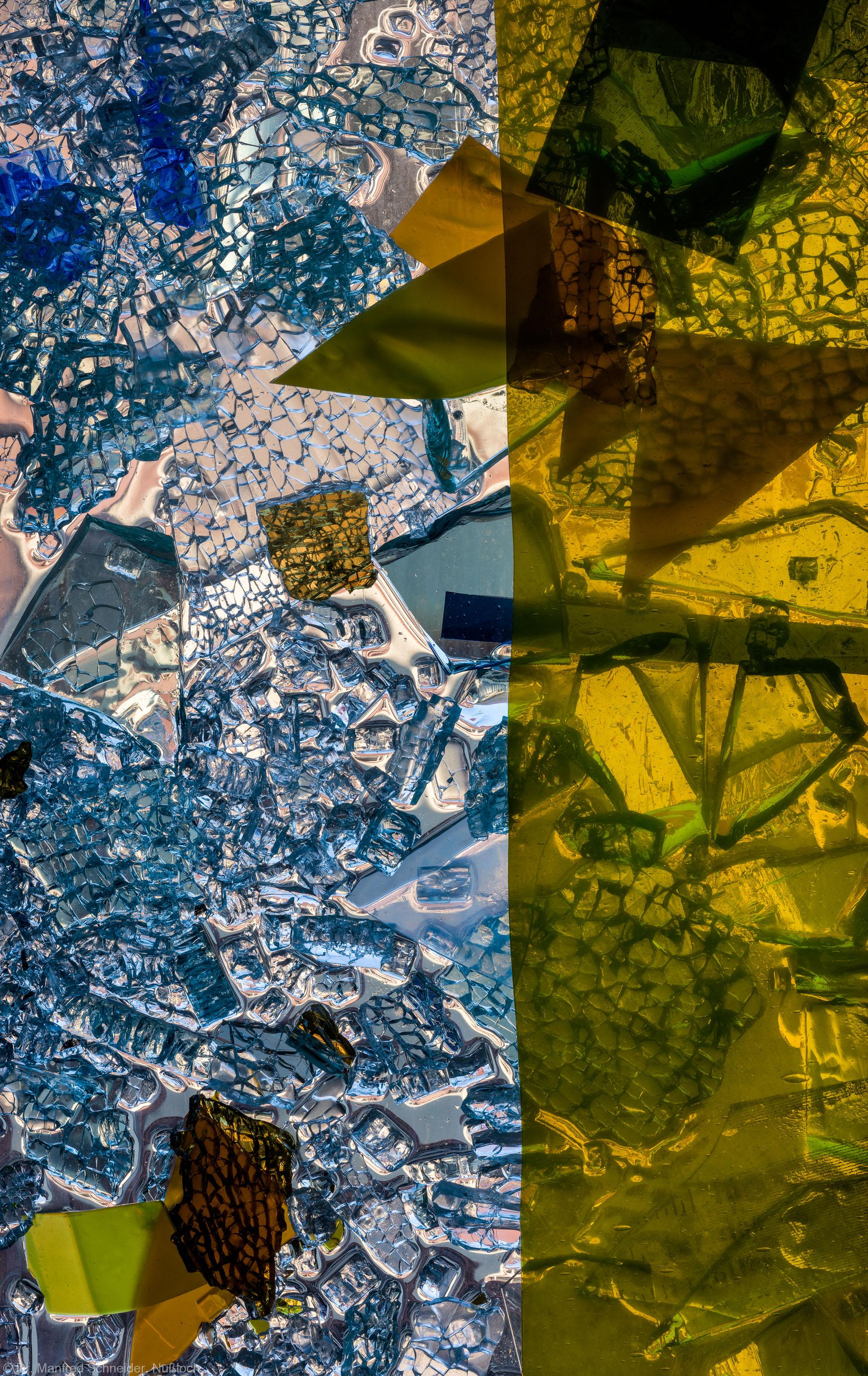 """Heidelberg - Heiliggeistkirche - Nordschiff - 3. Joch, von Westen aus gezählt - Ausschnitt aus Feld (linke Bahn, dritte Zeile) des Fensters """"Schöpfungsgeschichte - Gott sprach: es werde Licht"""" von Hella De Santarossa (aufgenommen im Oktober 2015, am Nachmittag)"""