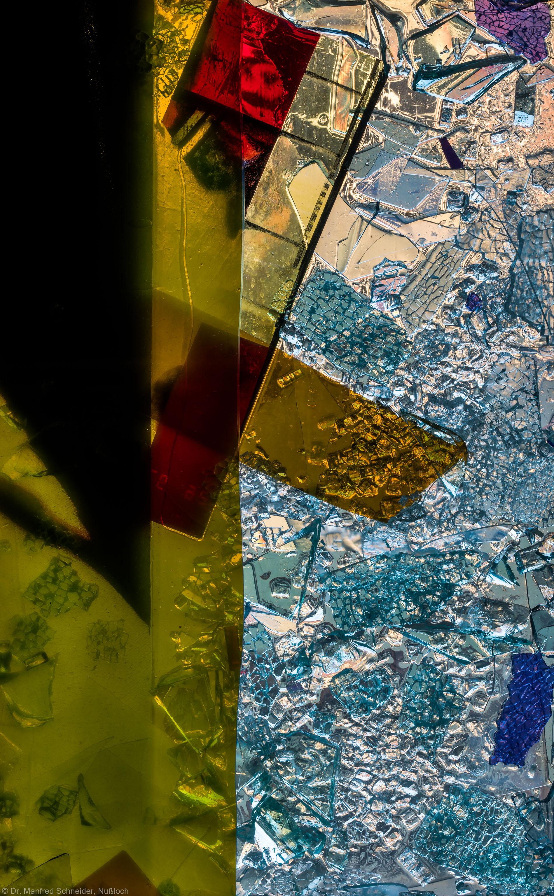 """Heidelberg - Heiliggeistkirche - Nordschiff - 3. Joch, von Westen aus gezählt - Feld (rechte Bahn, dritte Zeile) des Fensters """"Schöpfungsgeschichte - Gott sprach: es werde Licht"""" von Hella De Santarossa (aufgenommen im Oktober 2015, am späten Nachmittag)"""