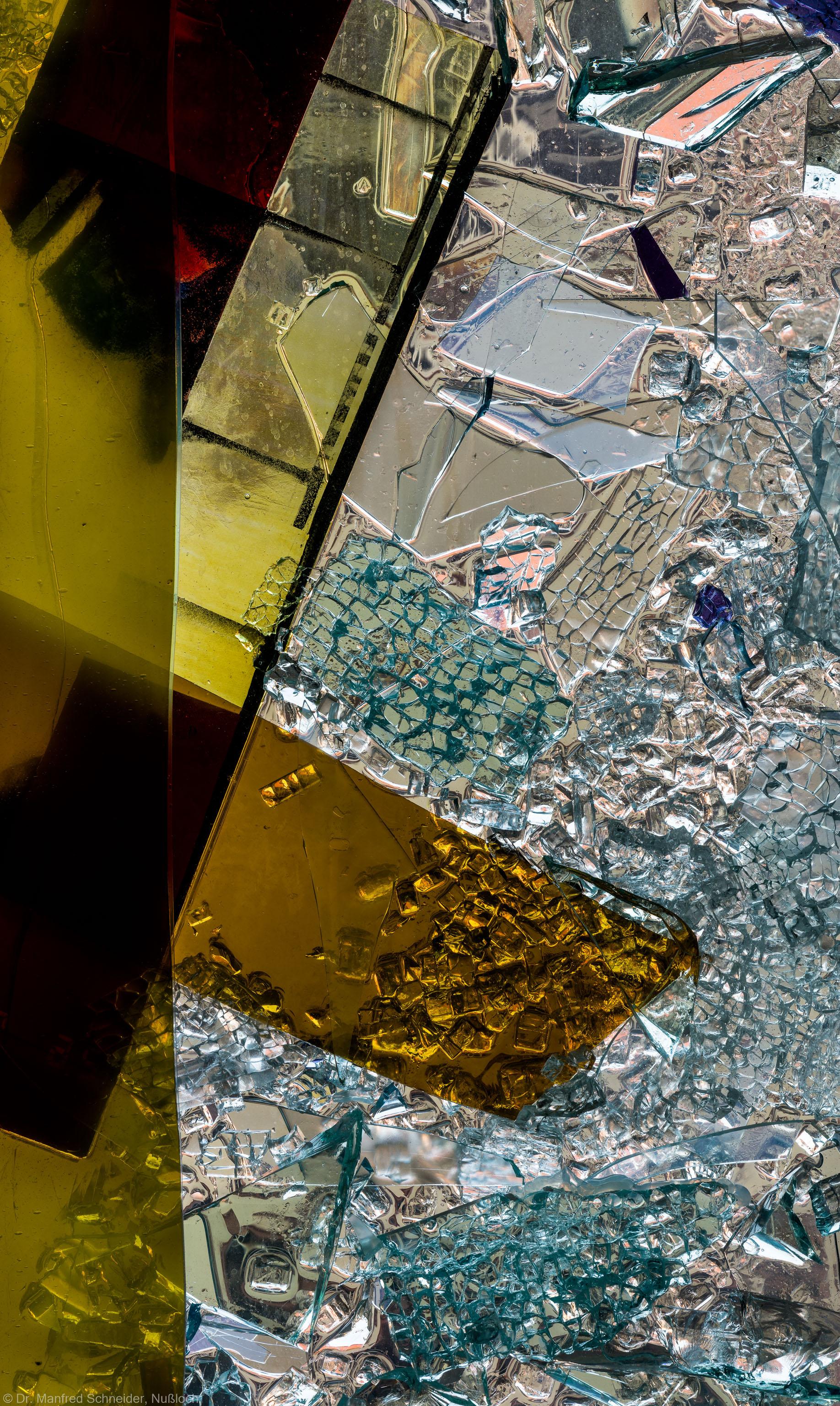 """Heidelberg - Heiliggeistkirche - Nordschiff - 3. Joch, von Westen aus gezählt - Ausschnitt aus Feld (rechte Bahn, dritte Zeile) des Fensters """"Schöpfungsgeschichte - Gott sprach: es werde Licht"""" von Hella De Santarossa (aufgenommen im Oktober 2015, am späten Nachmittag)"""