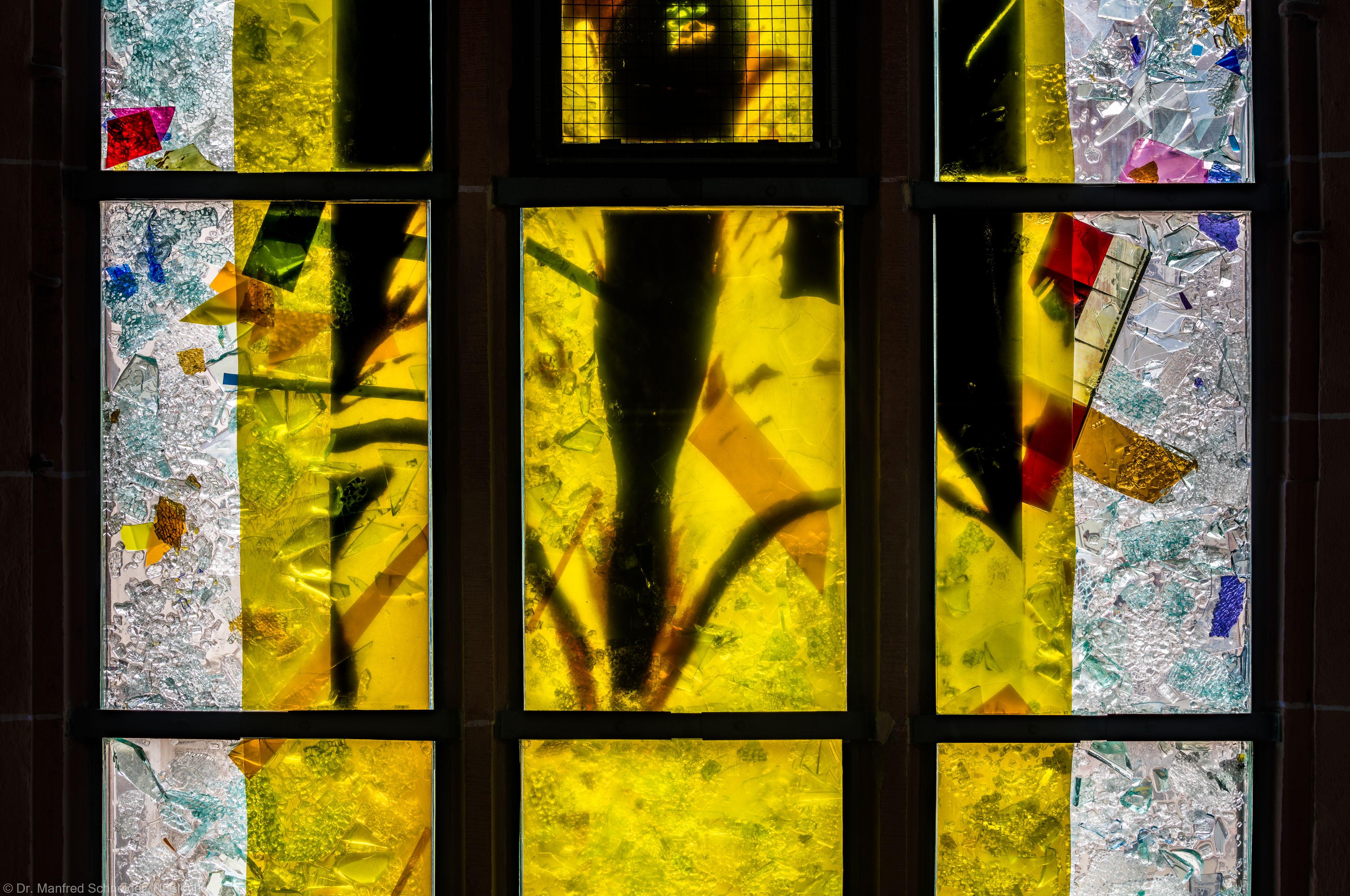 """Heidelberg - Heiliggeistkirche - Nordschiff - 3. Joch, von Westen aus gezählt - Dritte Zeile des Fensters """"Schöpfungsgeschichte - Gott sprach: es werde Licht"""" von Hella De Santarossa (aufgenommen im Oktober 2015, am Vormittag)"""
