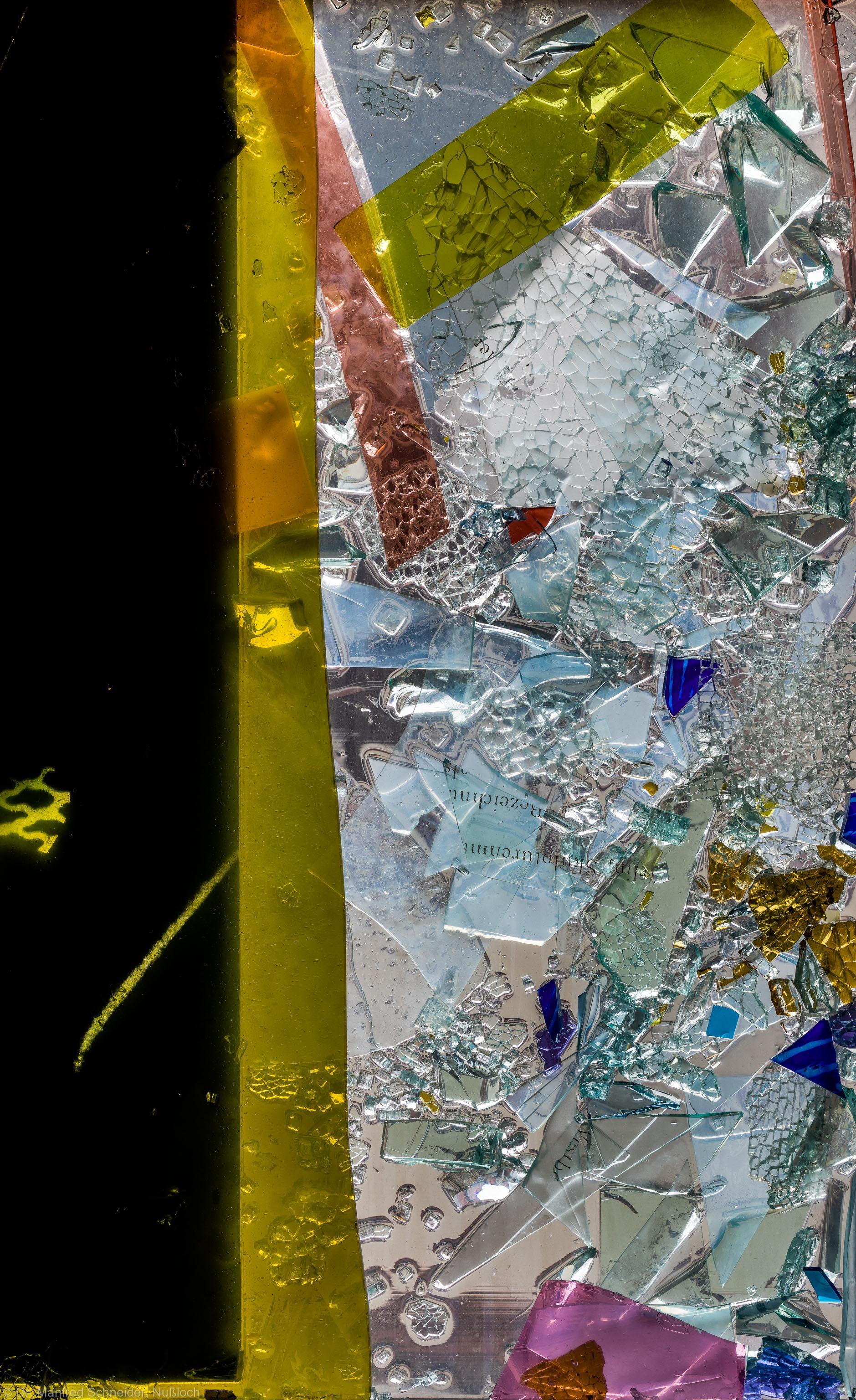 """Heidelberg - Heiliggeistkirche - Nordschiff - 3. Joch, von Westen aus gezählt - Feld (rechte Bahn, zweite Zeile) des Fensters """"Schöpfungsgeschichte - Gott sprach: es werde Licht"""" von Hella De Santarossa (aufgenommen im Oktober 2015, am Vormittag)"""