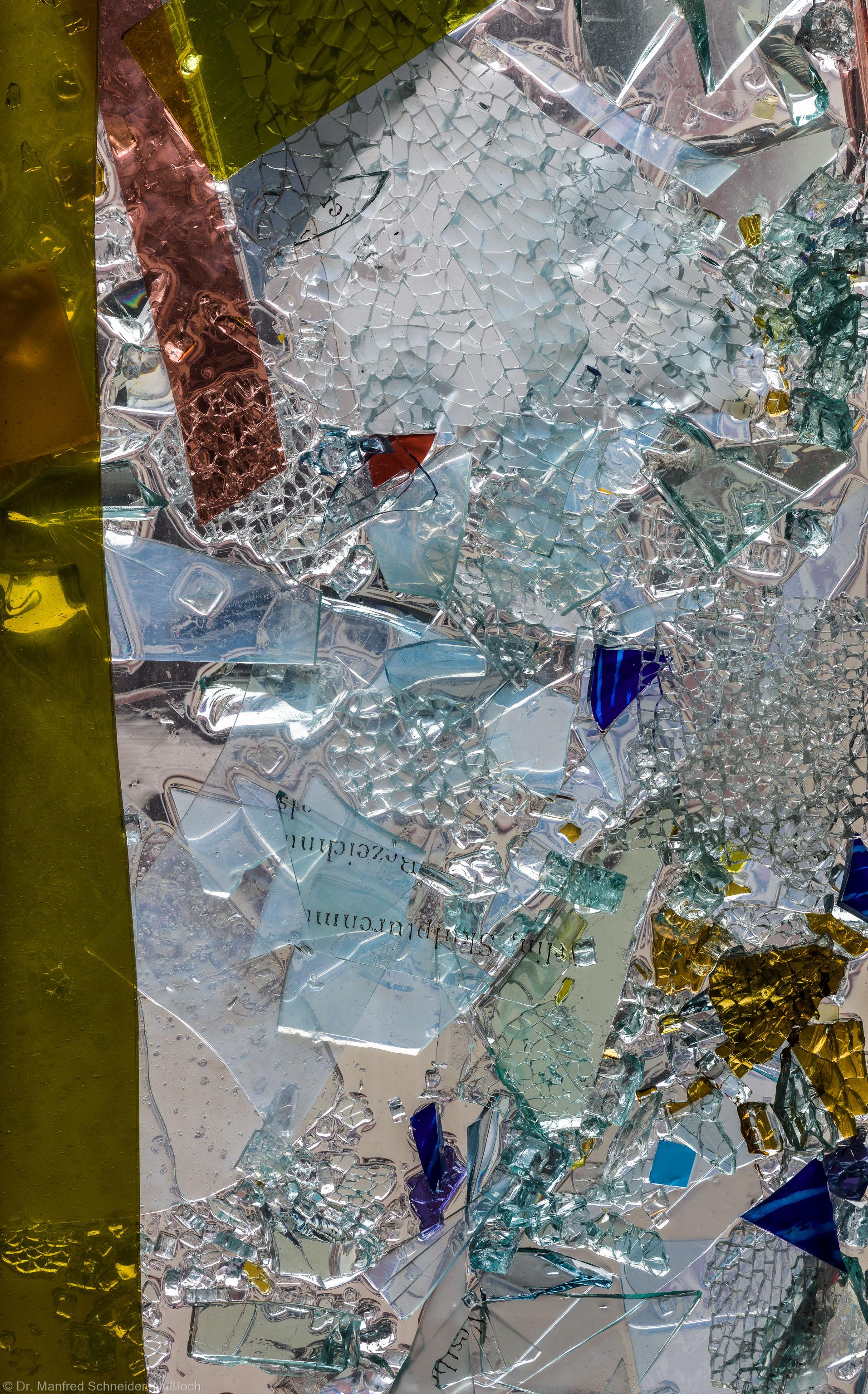 """Heidelberg - Heiliggeistkirche - Nordschiff - 3. Joch, von Westen aus gezählt - Ausschnitt aus Feld (rechte Bahn, zweite Zeile) des Fensters """"Schöpfungsgeschichte - Gott sprach: es werde Licht"""" von Hella De Santarossa (aufgenommen im Oktober 2015, am Vormittag)"""