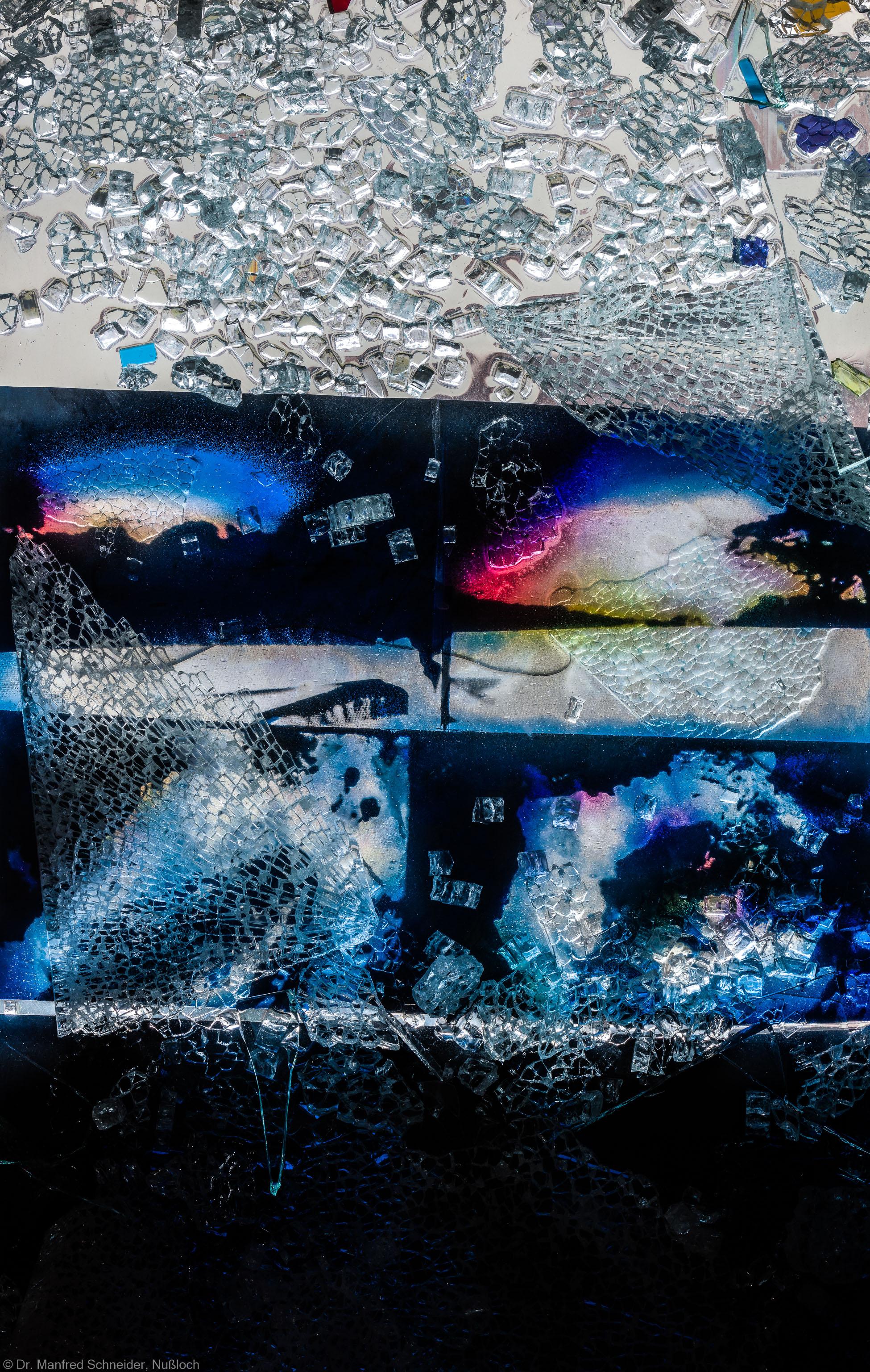 """Heidelberg - Heiliggeistkirche - Nordschiff - 3. Joch, von Westen aus gezählt - Feld (rechte Bahn, unterste Zeile) des Fensters """"Schöpfungsgeschichte - Gott sprach: es werde Licht"""" von Hella De Santarossa (aufgenommen im Oktober 2015, am späten Vormittag)"""