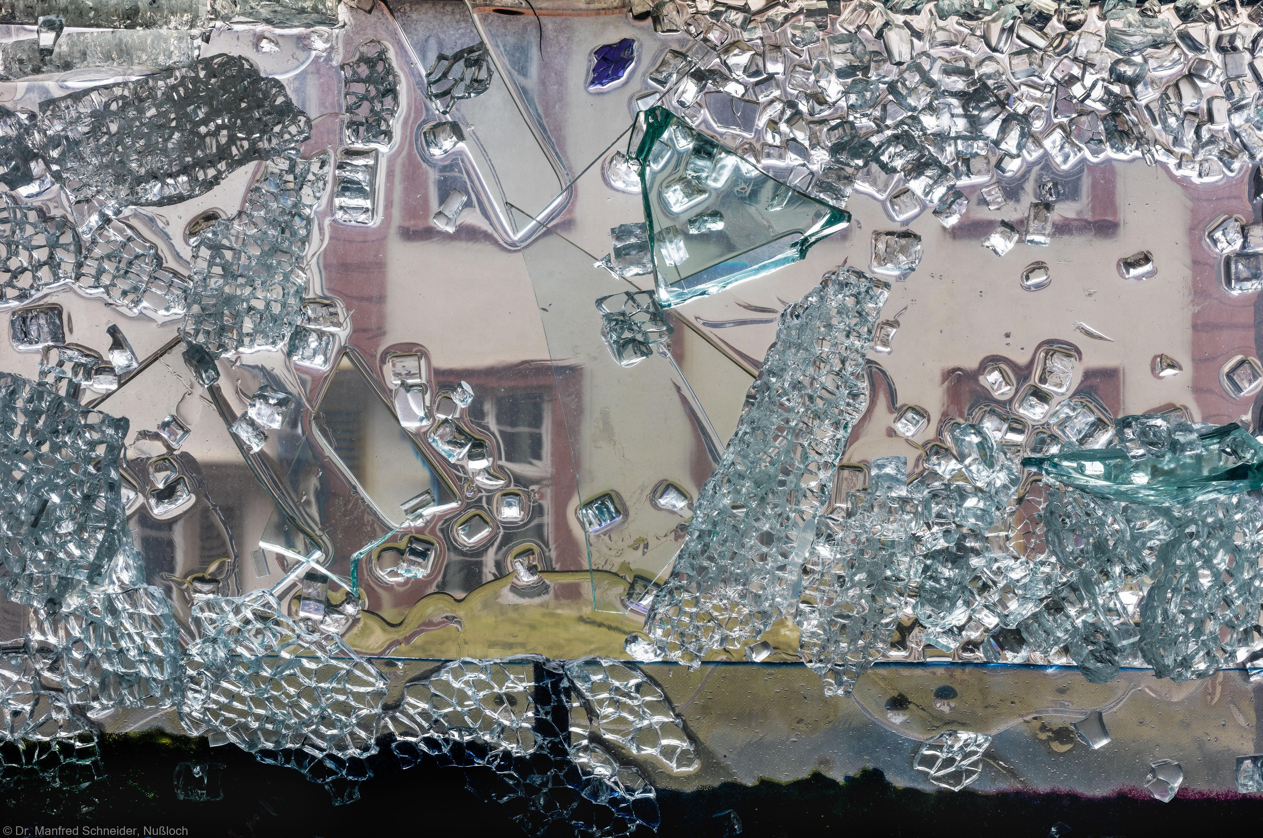"""Heidelberg - Heiliggeistkirche - Nordschiff - 3. Joch, von Westen aus gezählt - Ausschnitt aus Feld (mittlere Bahn, unterste Zeile) des Fensters """"Schöpfungsgeschichte - Gott sprach: es werde Licht"""" von Hella De Santarossa (aufgenommen im Oktober 2015, um die Mittagszeit)"""