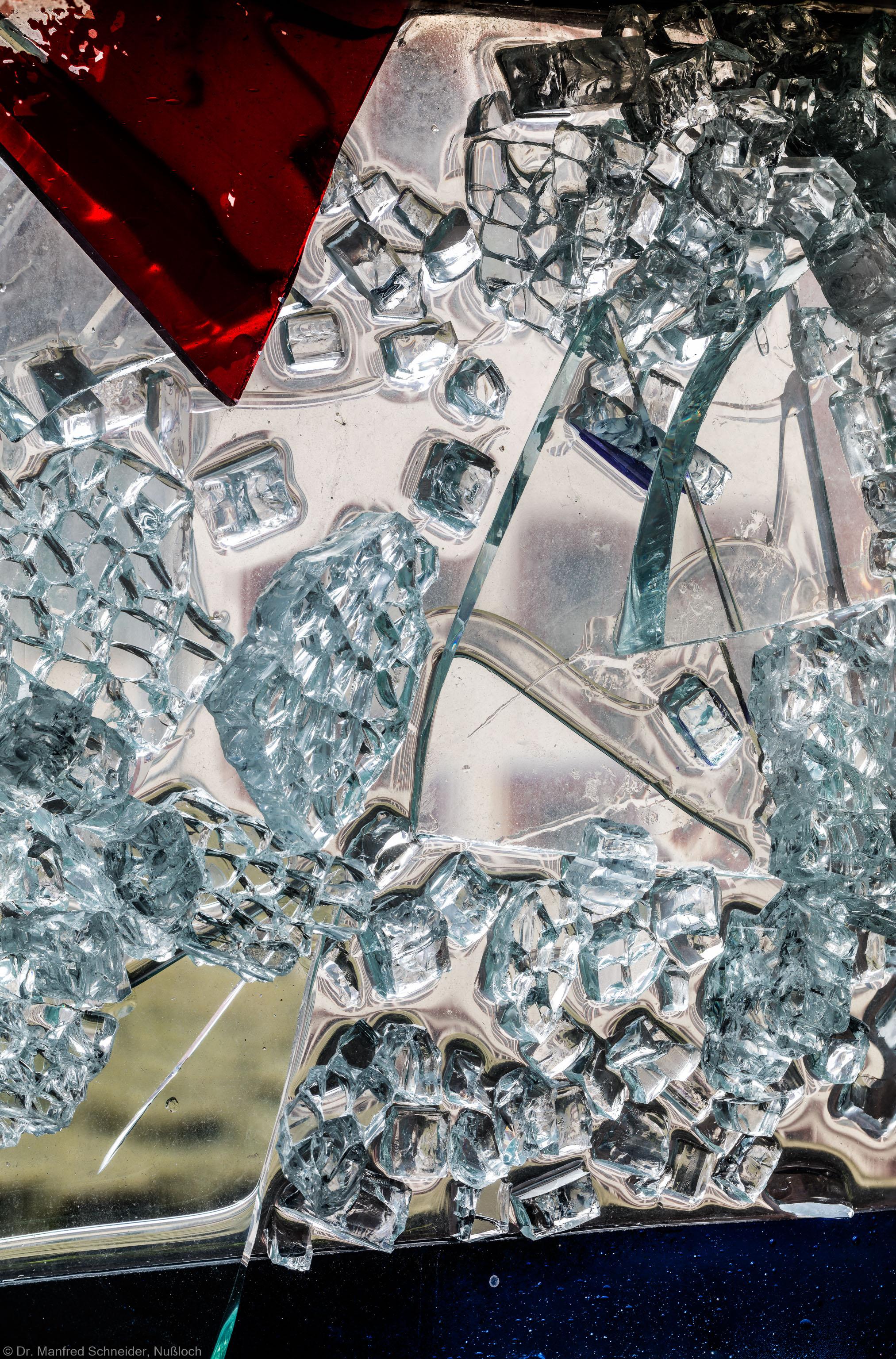 """Heidelberg - Heiliggeistkirche - Nordschiff - 3. Joch, von Westen aus gezählt - Ausschnitt aus Feld (linke Bahn, unterste Zeile) des Fensters """"Schöpfungsgeschichte - Gott sprach: es werde Licht"""" von Hella De Santarossa (aufgenommen im Oktober 2015, am frühen Nachmittag)"""
