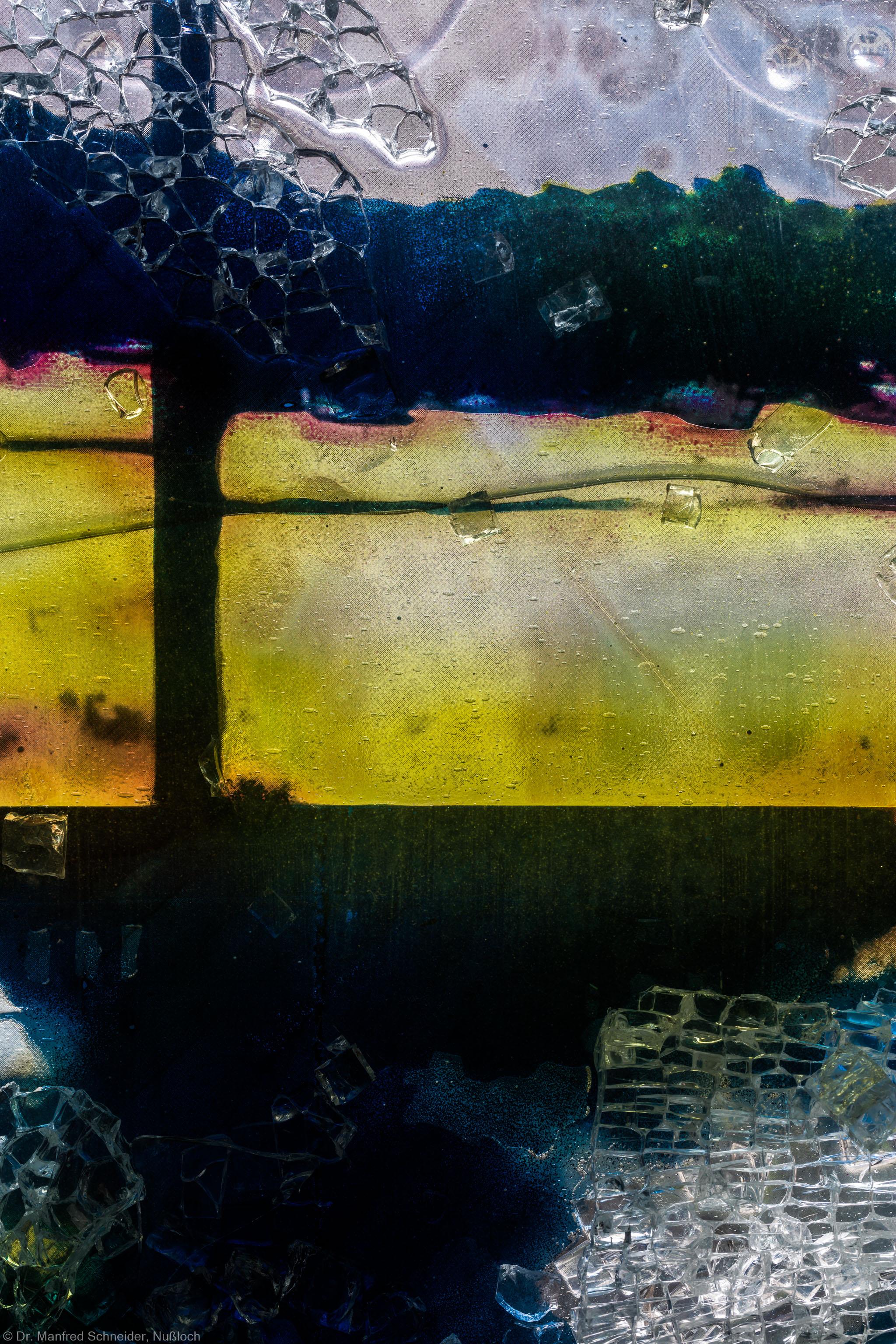 """Heidelberg - Heiliggeistkirche - Nordschiff - 3. Joch, von Westen aus gezählt - Ausschnitt aus Feld (mittlere Bahn, unterste Zeile) des Fensters """"Schöpfungsgeschichte - Gott sprach: es werde Licht"""" von Hella De Santarossa (aufgenommen im Oktober 2015, am Nachmittag)"""