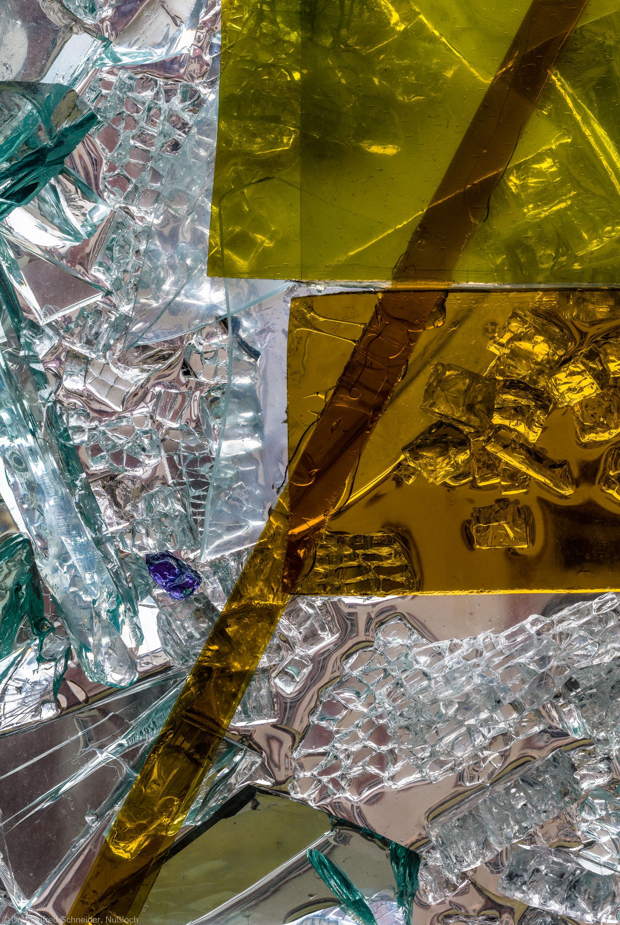 """Heidelberg - Heiliggeistkirche - Nordschiff - 3. Joch, von Westen aus gezählt - Ausschnitt aus Feld (linke Bahn, vierte Zeile) des Fensters """"Schöpfungsgeschichte - Gott sprach: es werde Licht"""" von Hella De Santarossa (aufgenommen im Oktober 2015, am Nachmittag)"""