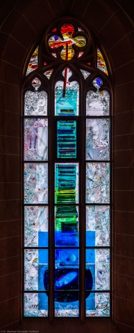 """Heidelberg - Heiliggeistkirche - Nordschiff - 4. Joch, von Westen aus gezählt - Gesamtaufnahme des Fensters """"Schöpfungsgeschichte - Der Weltkreis ist voll vom Geiste Gottes"""" von Hella De Santarossa (aufgenommen im Oktober 2015, am Vormittag)"""