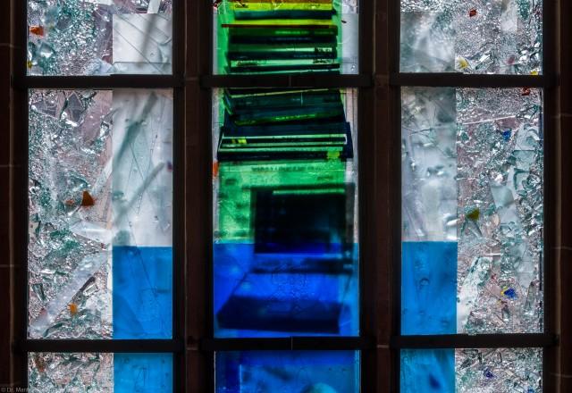 """Heidelberg - Heiliggeistkirche - Nordschiff - 4. Joch, von Westen aus gezählt - Felder (der vierten Zeile) des Fensters """"Schöpfungsgeschichte - Der Weltkreis ist voll vom Geiste Gottes"""" von Hella De Santarossa (aufgenommen im Oktober 2015, am frühen Nachmittag)"""