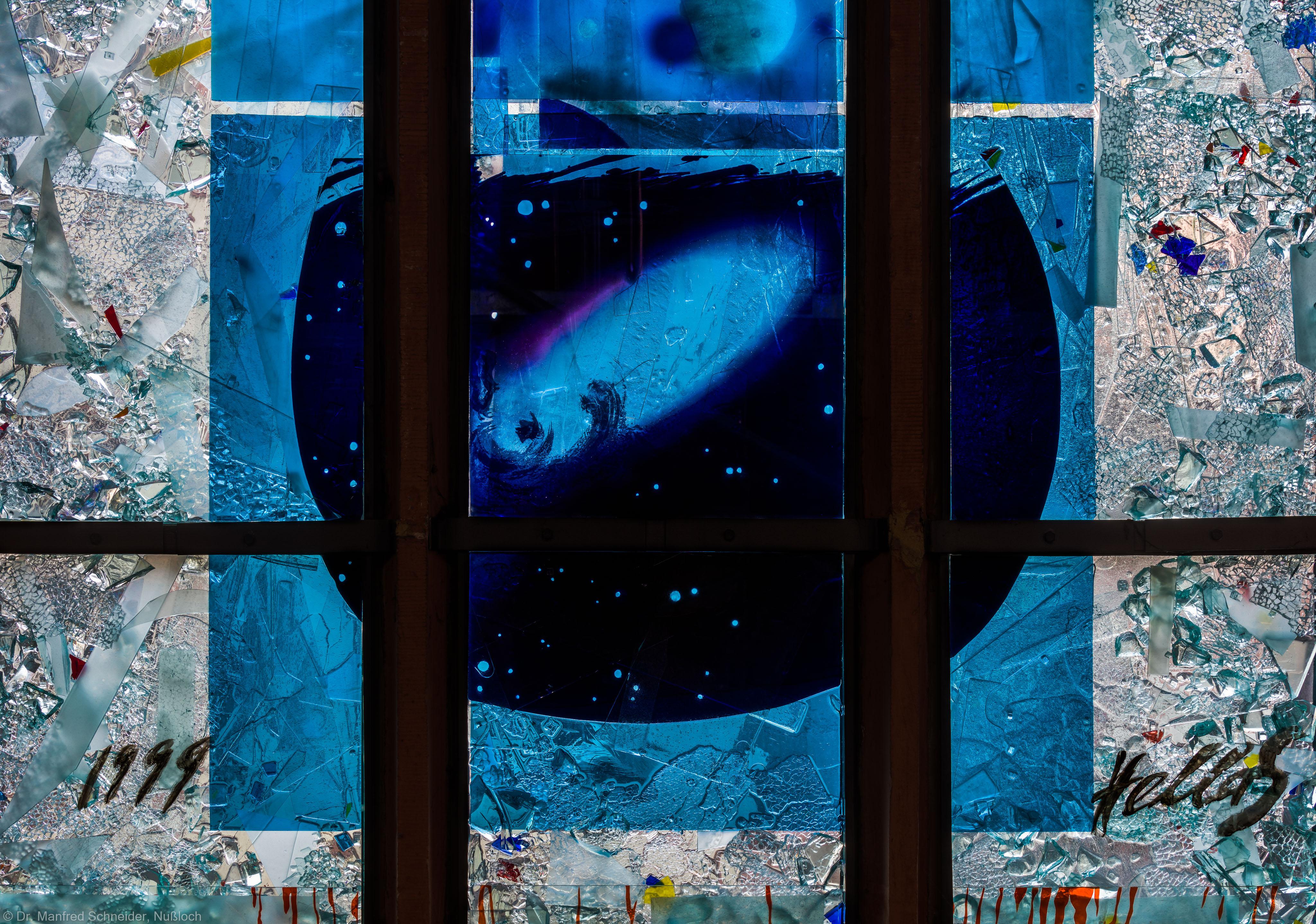 """Heidelberg - Heiliggeistkirche - Nordschiff - 4. Joch, von Westen aus gezählt - Ausschnitt aus den untersten zwei Zeilen des Fensters """"Schöpfungsgeschichte - Der Weltkreis ist voll vom Geiste Gottes"""" von Hella De Santarossa (aufgenommen im Oktober 2015, am Nachmittag)"""