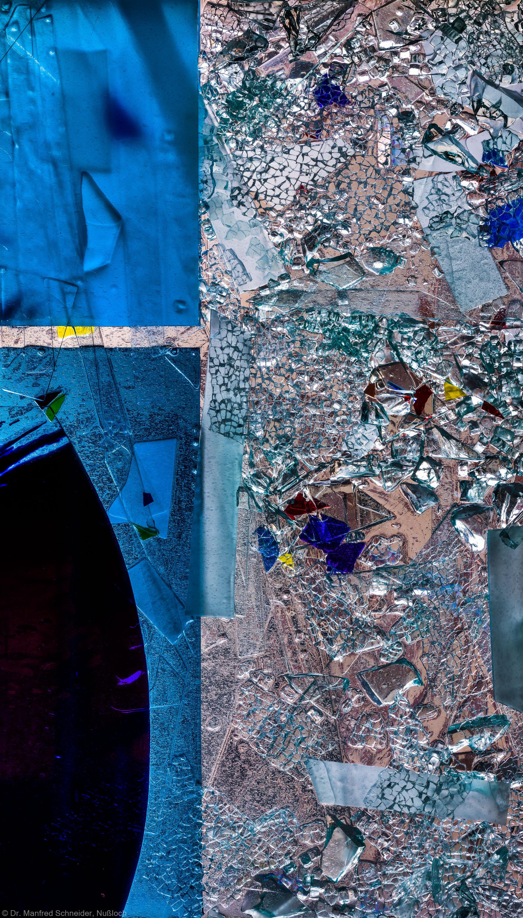"""Heidelberg - Heiliggeistkirche - Nordschiff - 4. Joch, von Westen aus gezählt - Feld (rechte Bahn, fünfte Zeile) des Fensters """"Schöpfungsgeschichte - Der Weltkreis ist voll vom Geiste Gottes"""" von Hella De Santarossa (aufgenommen im Oktober 2015, am späten Nachmittag)"""