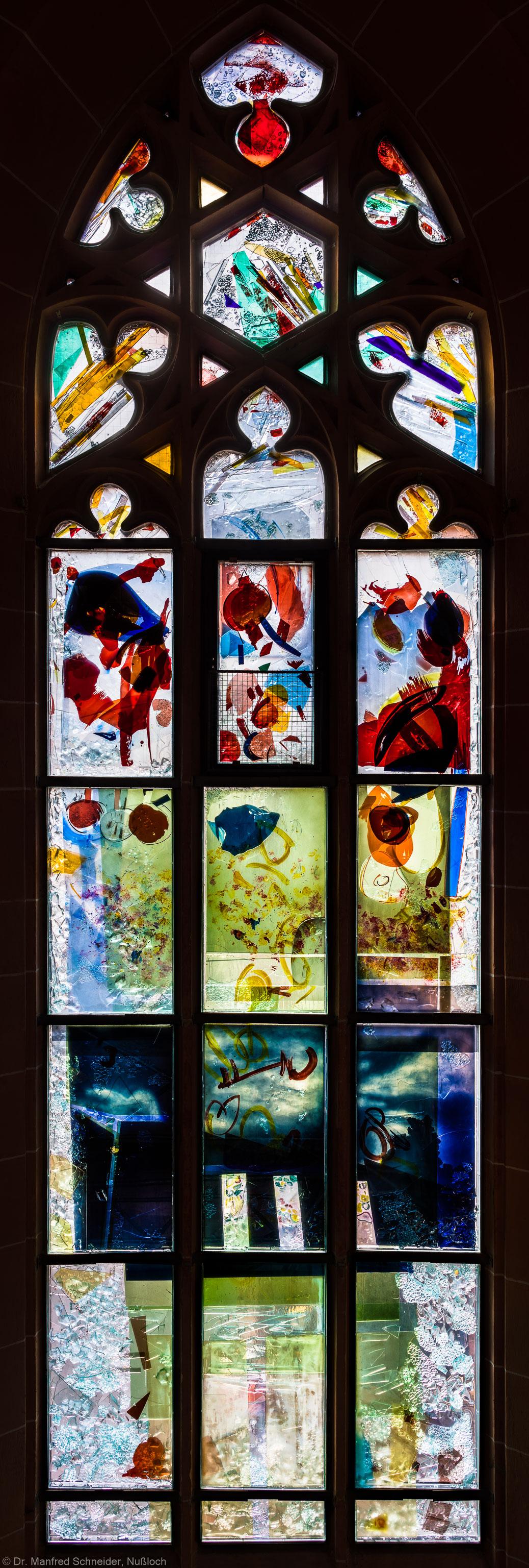 """Heidelberg - Heiliggeistkirche - Nordschiff - 6. Joch, von Westen aus gezählt - Gesamtaufnahme des Fensters """"Schöpfungsgeschichte - Der Baum der Erkenntnis"""" von Hella De Santarossa (aufgenommen im Oktober 2015, am Nachmittag)"""