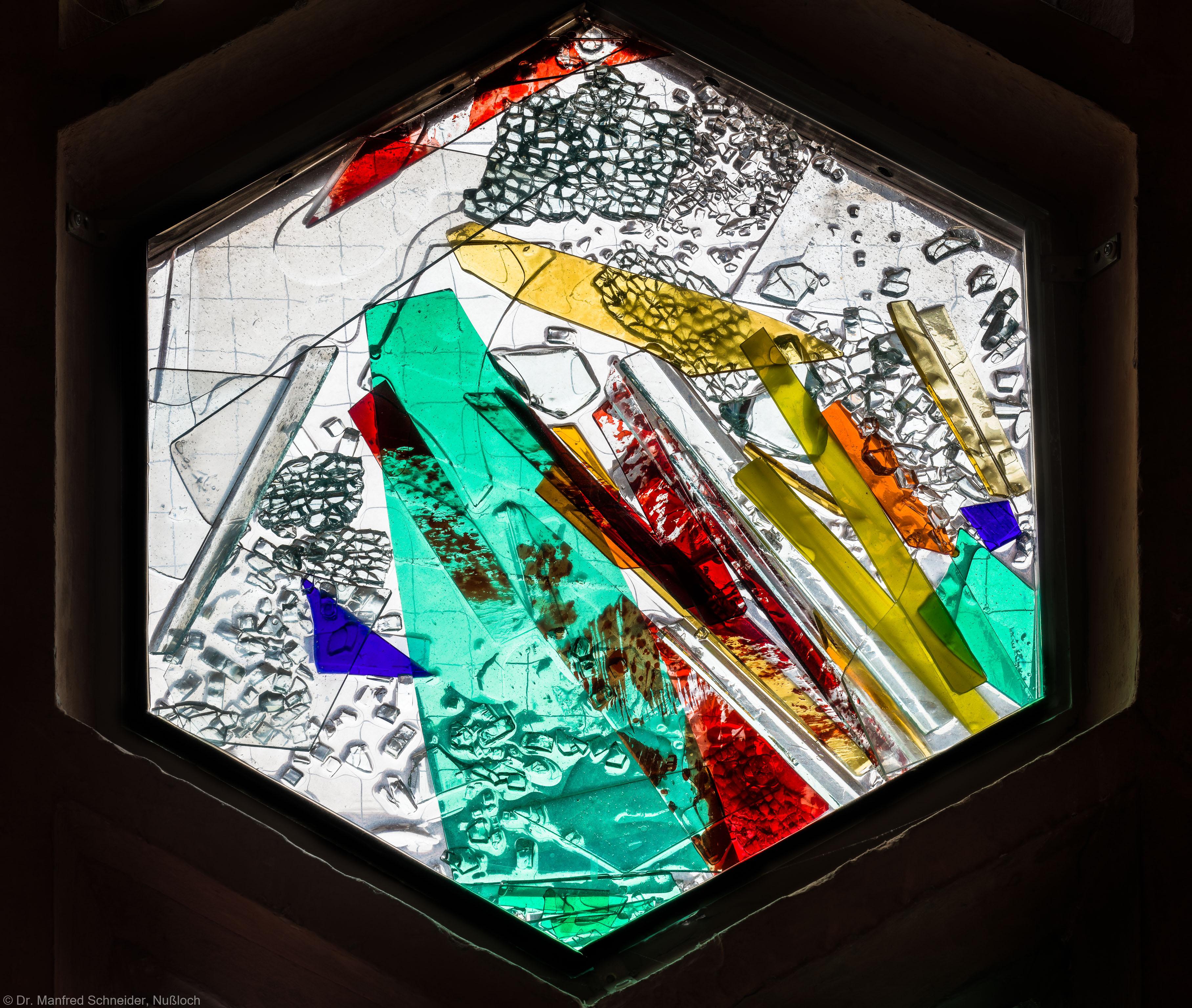 """Heidelberg - Heiliggeistkirche - Nordschiff - 6. Joch, von Westen aus gezählt - Sechseck im Maßwerk des Fensters """"Schöpfungsgeschichte - Der Baum der Erkenntnis"""" von Hella De Santarossa (aufgenommen im Oktober 2015, am Nachmittag)"""