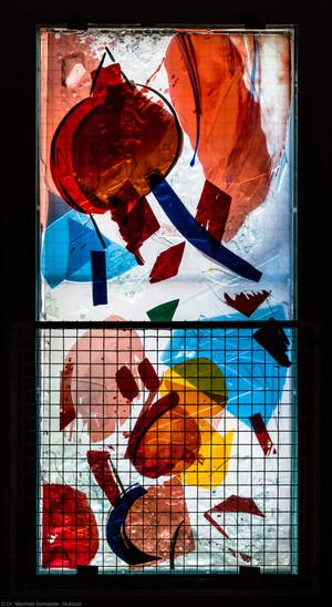 """Heidelberg - Heiliggeistkirche - Nordschiff - 6. Joch, von Westen aus gezählt - Feld (mittlere Bahn, erste Zeile) des Fensters """"Schöpfungsgeschichte - Der Baum der Erkenntnis"""" von Hella De Santarossa (aufgenommen im Oktober 2015, am Nachmittag)"""