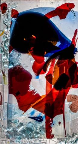 """Heidelberg - Heiliggeistkirche - Nordschiff - 6. Joch, von Westen aus gezählt - Feld (linke Bahn, erste Zeile) des Fensters """"Schöpfungsgeschichte - Der Baum der Erkenntnis"""" von Hella De Santarossa (aufgenommen im Oktober 2015, am Nachmittag)"""