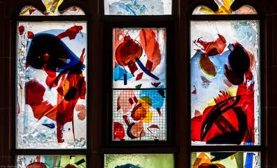 """Heidelberg - Heiliggeistkirche - Nordschiff - 6. Joch, von Westen aus gezählt - Erste Zeile des Fensters """"Schöpfungsgeschichte - Der Baum der Erkenntnis"""" von Hella De Santarossa (aufgenommen im Oktober 2015, am späten Nachmittag)"""