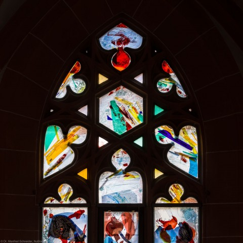 """Heidelberg - Heiliggeistkirche - Nordschiff - 6. Joch, von Westen aus gezählt - Maßwerk des Fensters """"Schöpfungsgeschichte - Der Baum der Erkenntnis"""" von Hella De Santarossa (aufgenommen im Oktober 2015, am späten Vormittag)"""