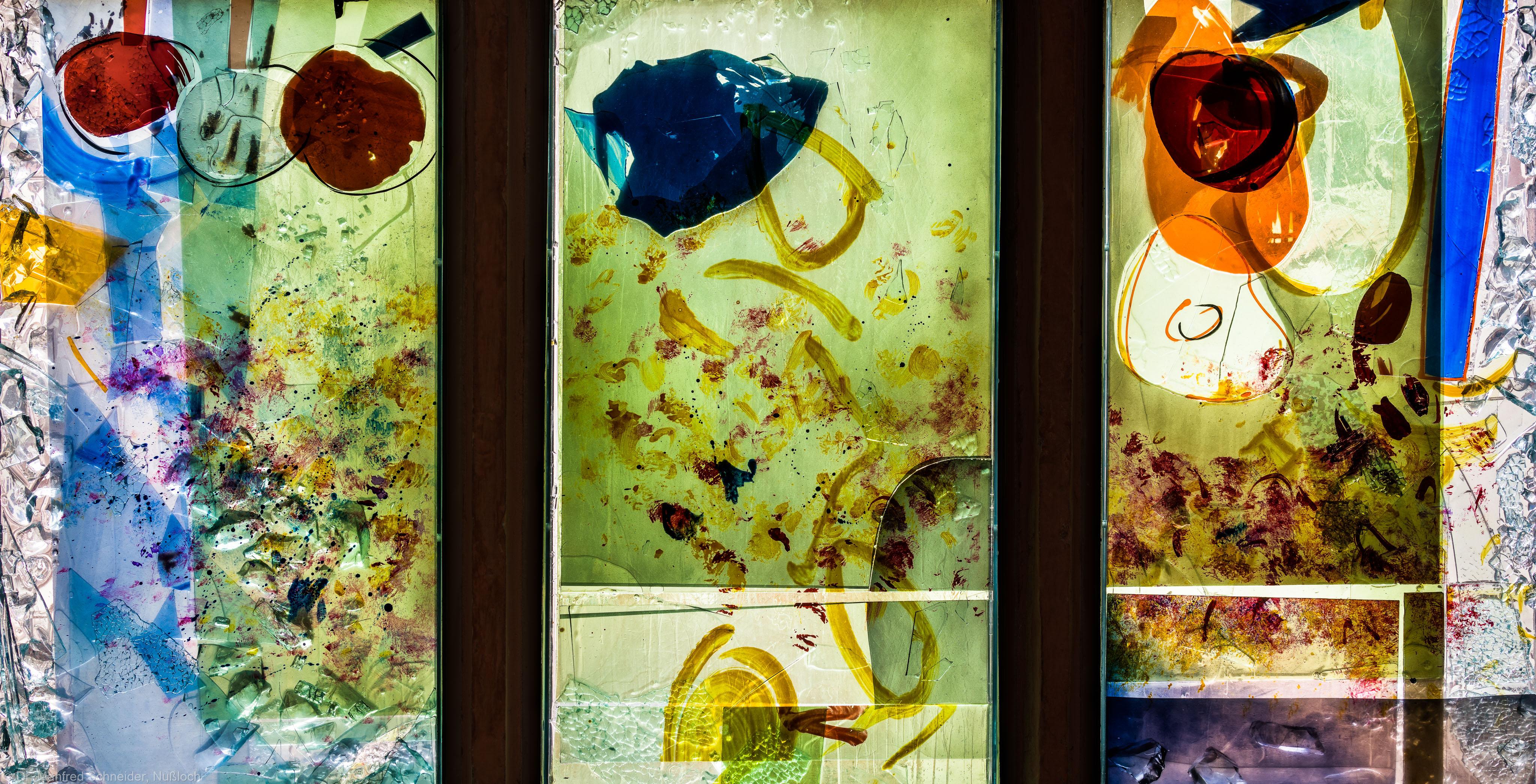 """Heidelberg - Heiliggeistkirche - Nordschiff - 6. Joch, von Westen aus gezählt - Zweite Zeile des Fensters """"Schöpfungsgeschichte - Der Baum der Erkenntnis"""" von Hella De Santarossa (aufgenommen im Oktober 2015, am späten Vormittag)"""