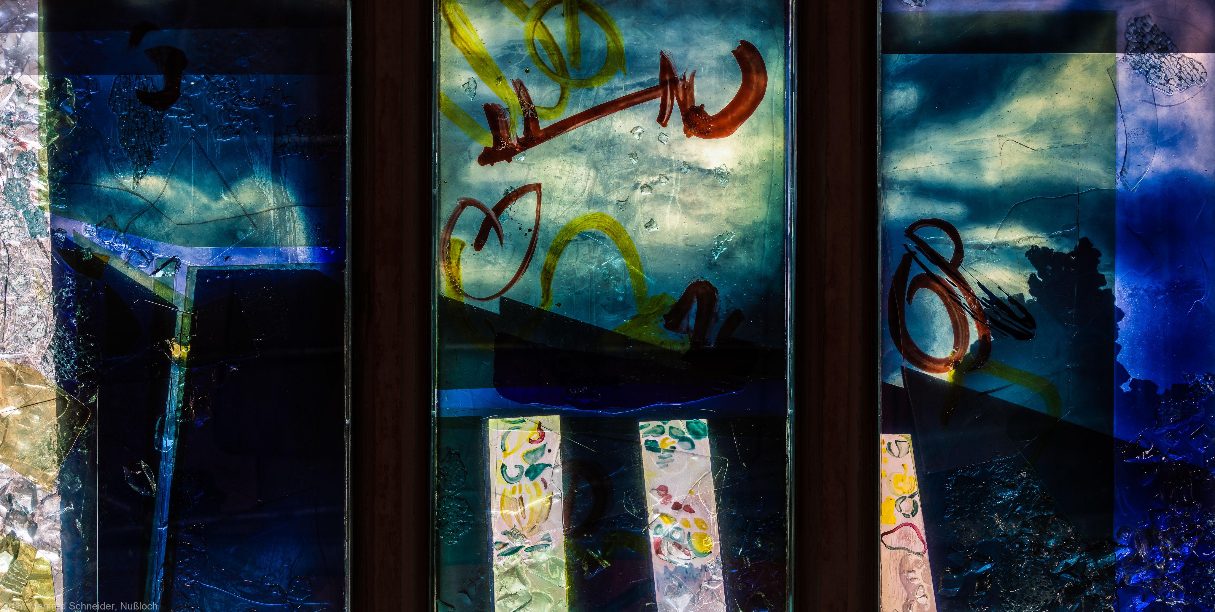 """Heidelberg - Heiliggeistkirche - Nordschiff - 6. Joch, von Westen aus gezählt - Dritte Zeile des Fensters """"Schöpfungsgeschichte - Der Baum der Erkenntnis"""" von Hella De Santarossa (aufgenommen im Oktober 2015, um die Mittagszeit)"""