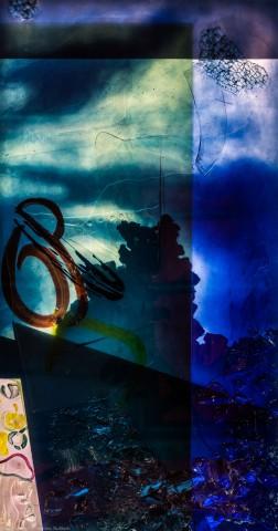 """Heidelberg - Heiliggeistkirche - Nordschiff - 6. Joch, von Westen aus gezählt - Feld (rechte Bahn, dritte Zeile) des Fensters """"Schöpfungsgeschichte - Der Baum der Erkenntnis"""" von Hella De Santarossa (aufgenommen im Oktober 2015, am frühen Nachmittag)"""