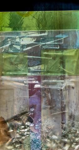 """Heidelberg - Heiliggeistkirche - Nordschiff - 6. Joch, von Westen aus gezählt - Feld (mittlere Bahn, vierte Zeile) des Fensters """"Schöpfungsgeschichte - Der Baum der Erkenntnis"""" von Hella De Santarossa (aufgenommen im Oktober 2015, am Nachmittag)"""