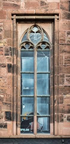 """Heidelberg - Heiliggeistkirche - Südseite - 1. Fenster des Südschiffs, von Westen aus gezählt - Blick auf das """"Physik-Fenster"""" von Johannes Schreiter (aufgenommen im November 2015, am Vormittag)"""