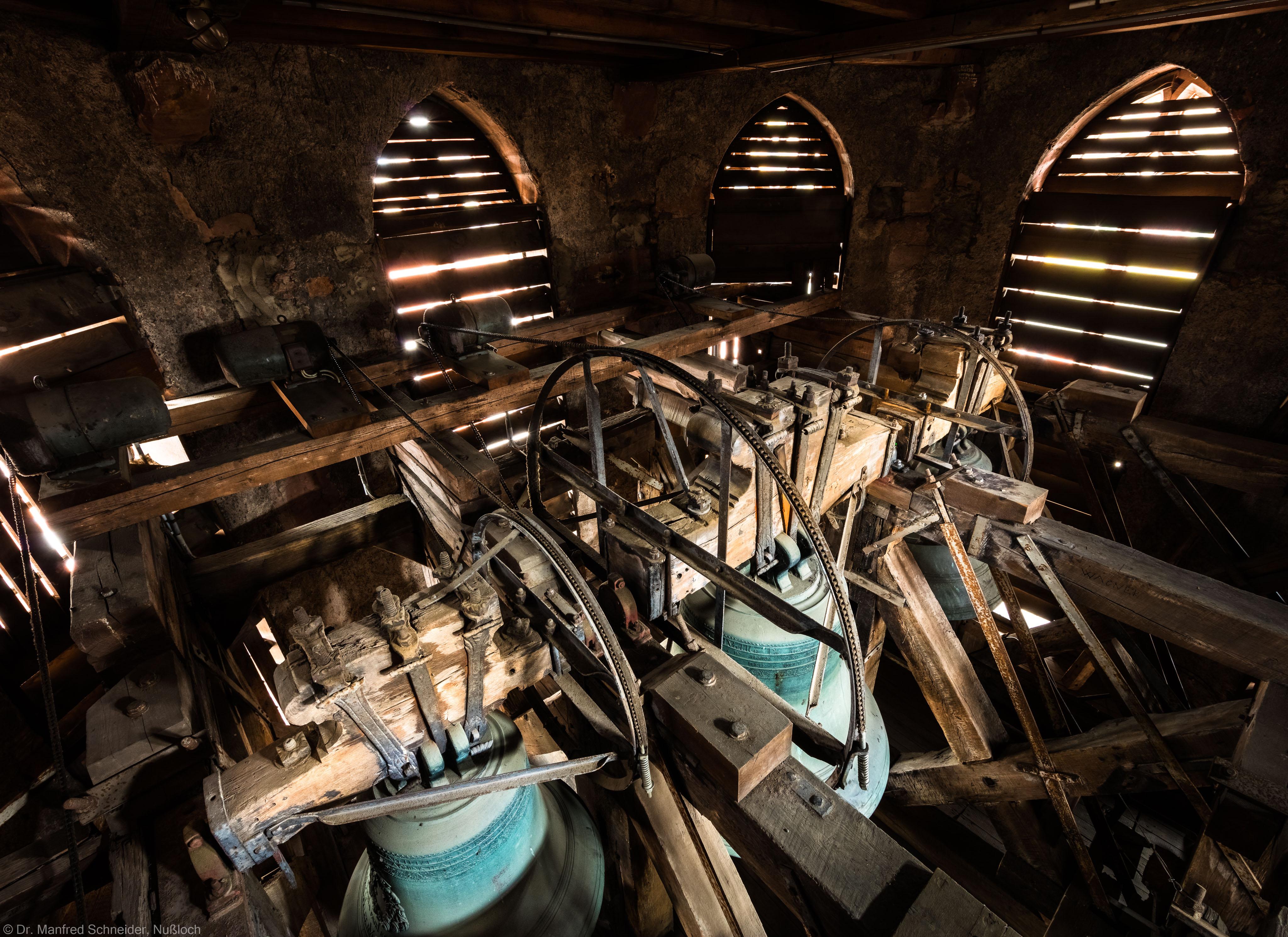 Heidelberg - Heiliggeistkirche - Glockenstuhl - 3 der 4 Glocken, von Südosten aus gesehen (v.l.n.r.: Dreifaltigkeit-Glocke (Durchmesser 93 cm), Christus-Glocke (Durchmesser 144 cm) und Maria-Glocke (Durchmesser 118,5 cm), alle von 1738 (aufgenommen im November 2015, am späten Vormittag)
