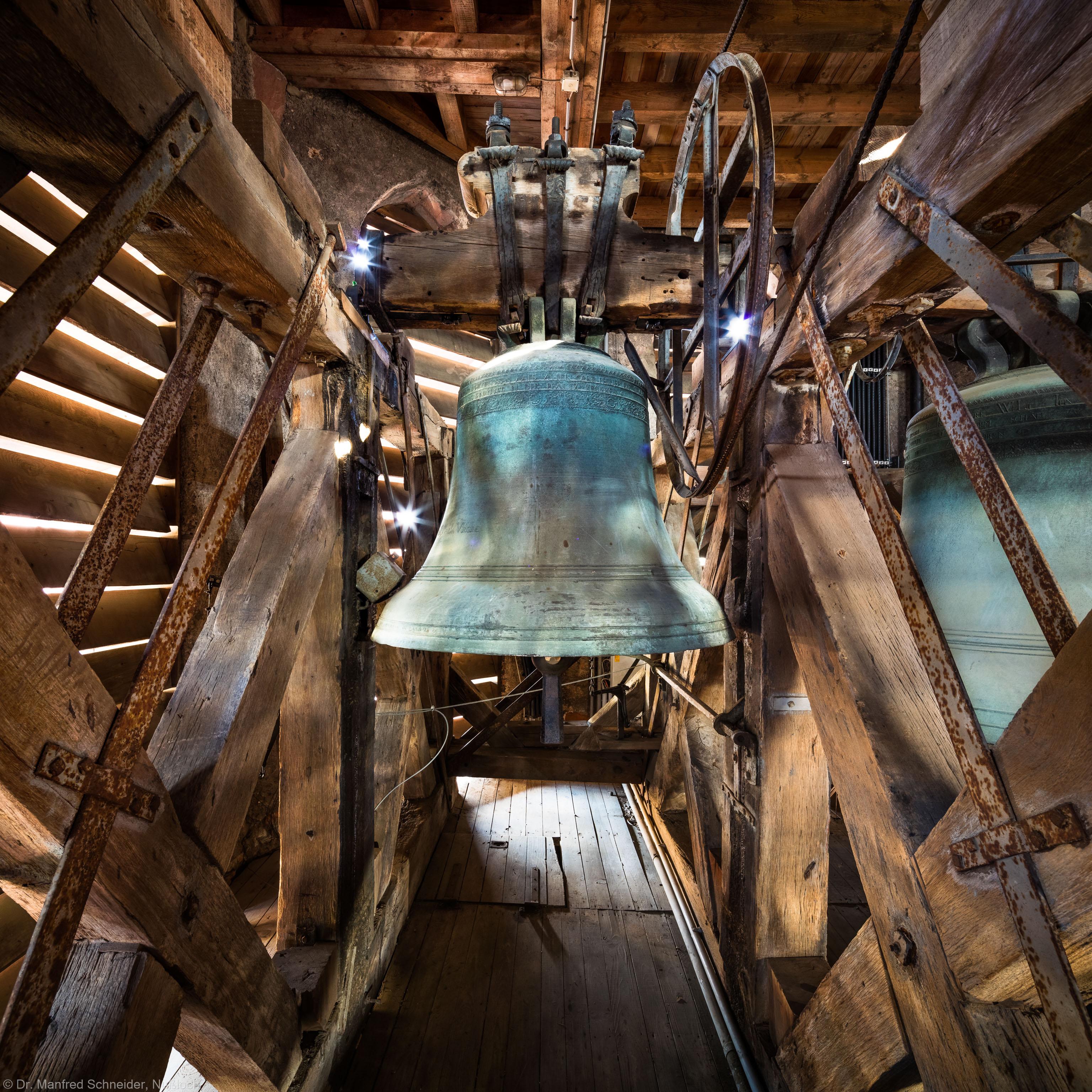 Heidelberg - Heiliggeistkirche - Glockenstuhl - Maria-Glocke von 1738 (Durchmesser 118,5 cm), von Westen aus gesehen (aufgenommen im November 2015, am frühen Nachmittag)