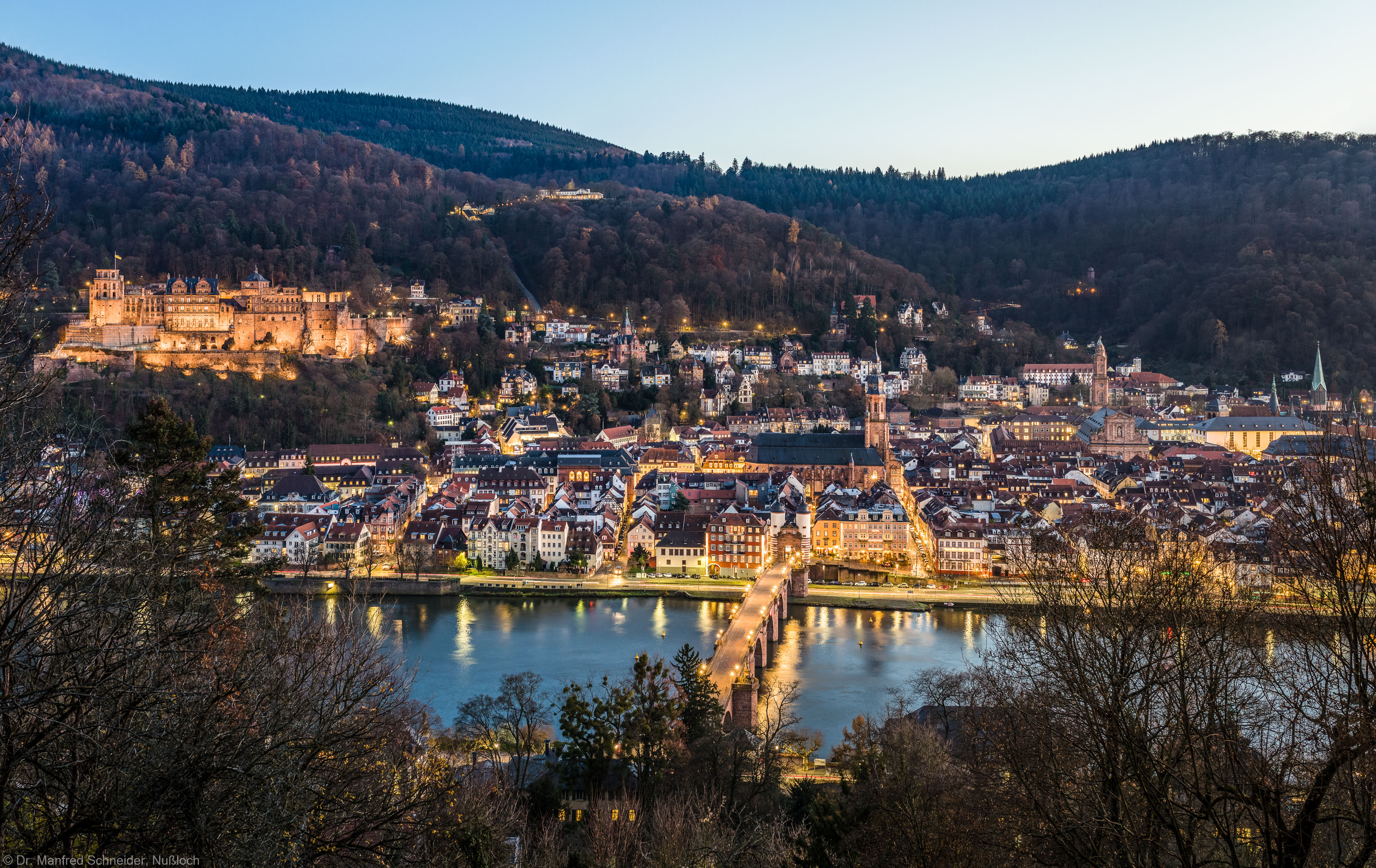 Heidelberg - Heiliggeistkirche - Nordseite - Blick vom Oberen Philosophenweg auf Heidelberg, die Molkenkur, das Schloss, die Heiliggeistkirche, die Jesuitenkirche, die Peterskirche sowie den Neckar mit der Alten Brücke (aufgenommen im November 2016, am späten Nachmittag)