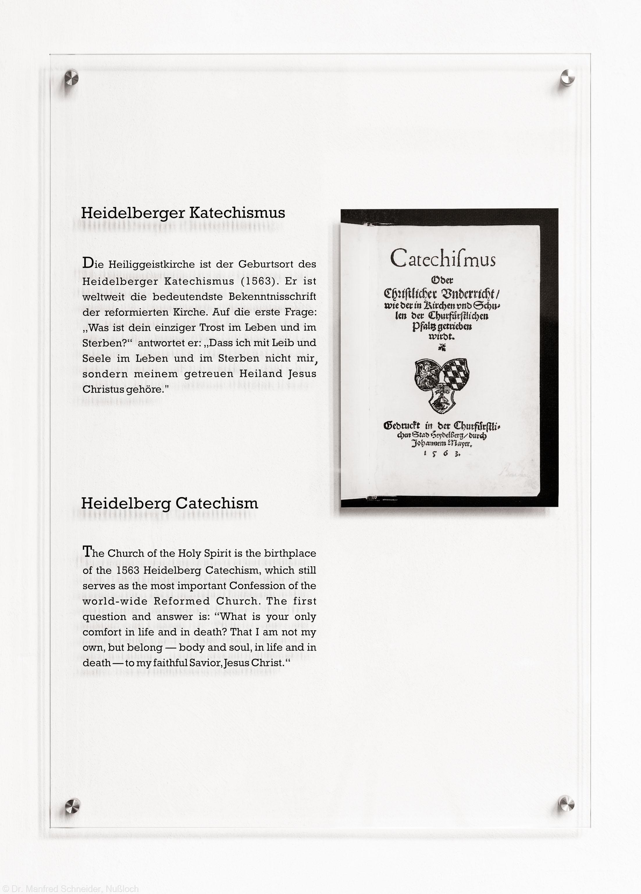 Heidelberg - Heiliggeistkirche - Chor - Gedenktafel zum Heidelberger Katechismus, eingeweiht am 21. Mai 2017, an der westlichen Nordwand (aufgenommen im September 2017, um die Mittagszeit)